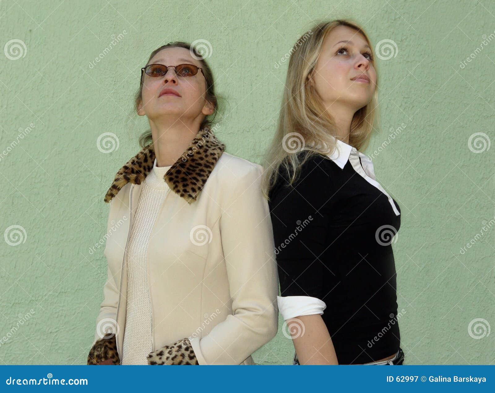 2 som upp ser kvinnor