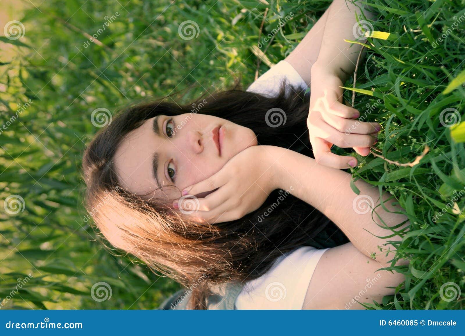 2 trawa nastoletniej dziewczyny