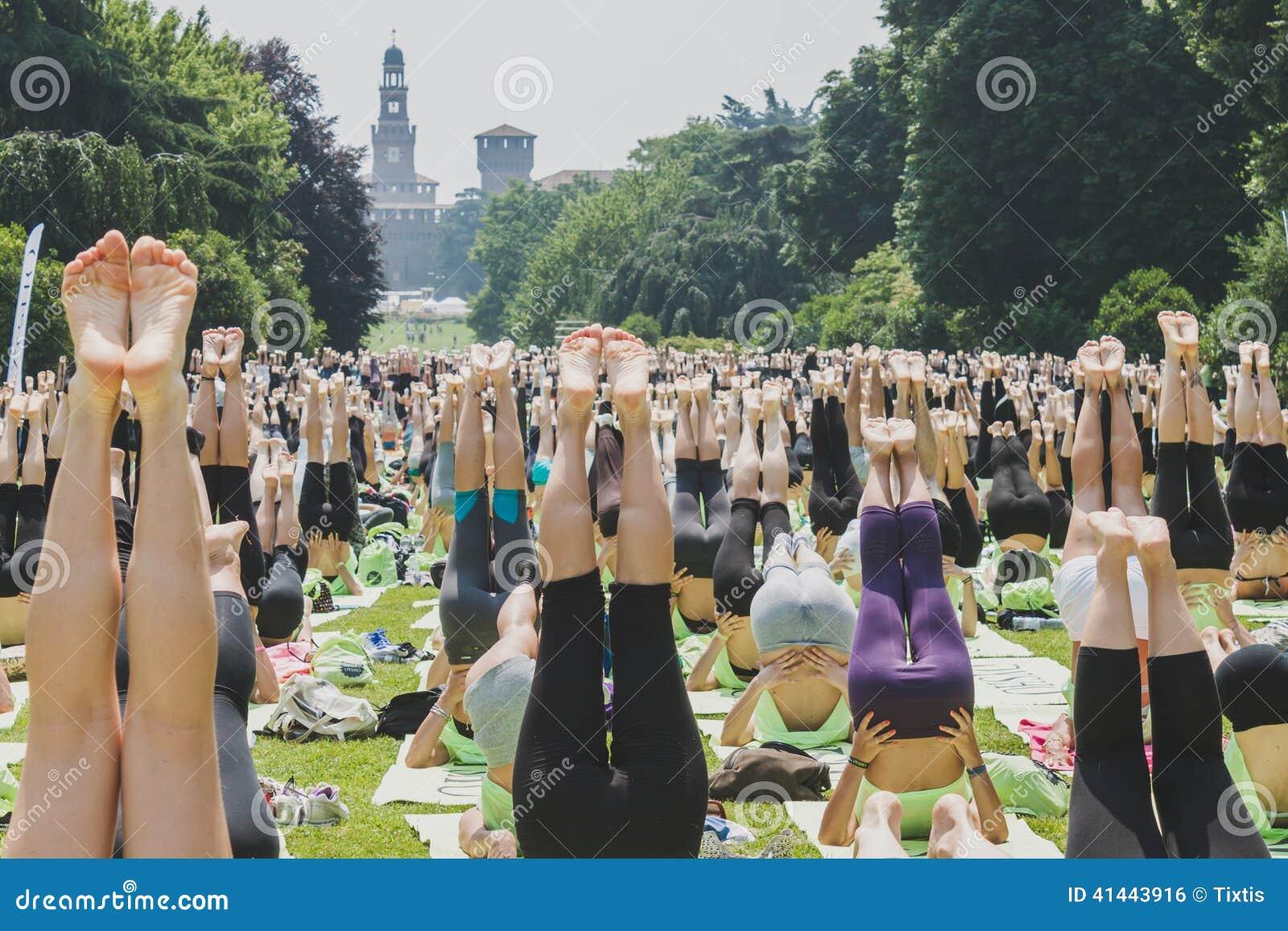 6月7 :差不多2000個人在2014年6月7日的一個城市公園上自由集體瑜伽課圖片