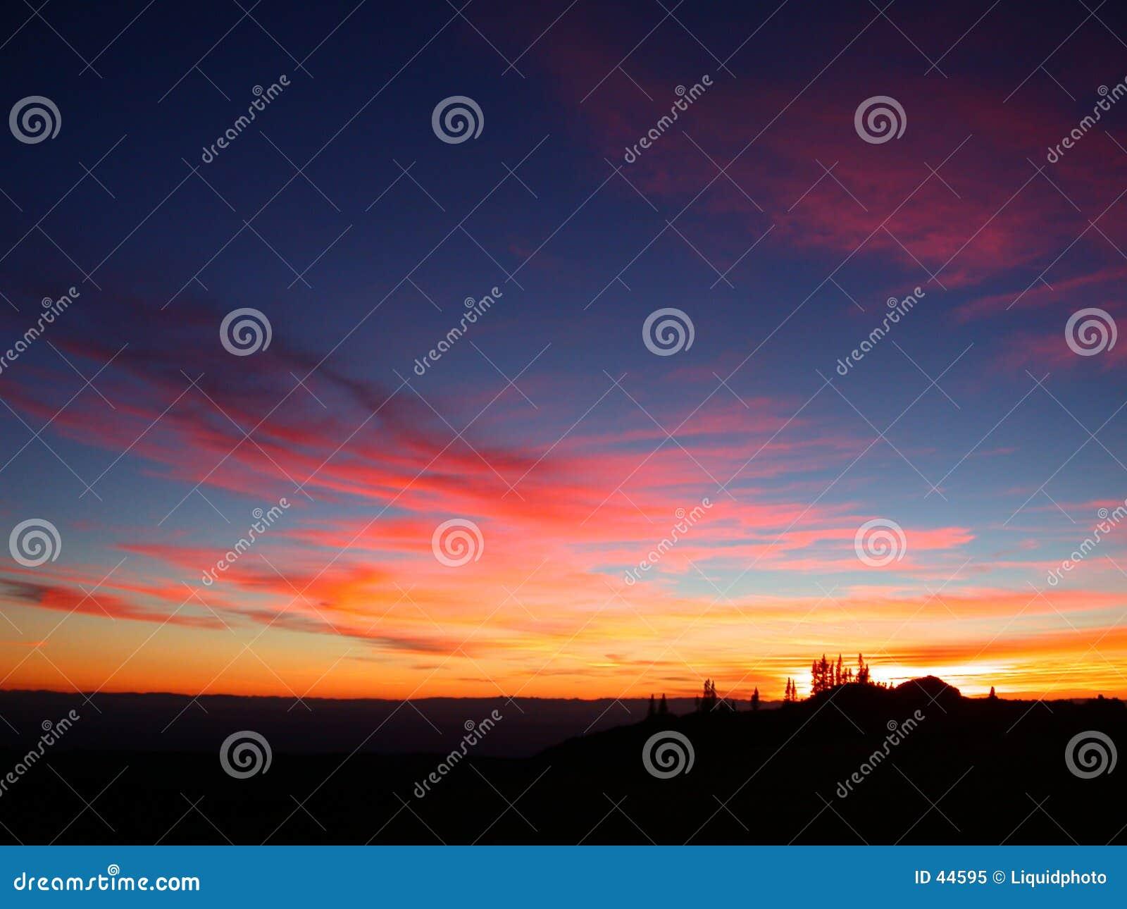 云彩桃红色日落