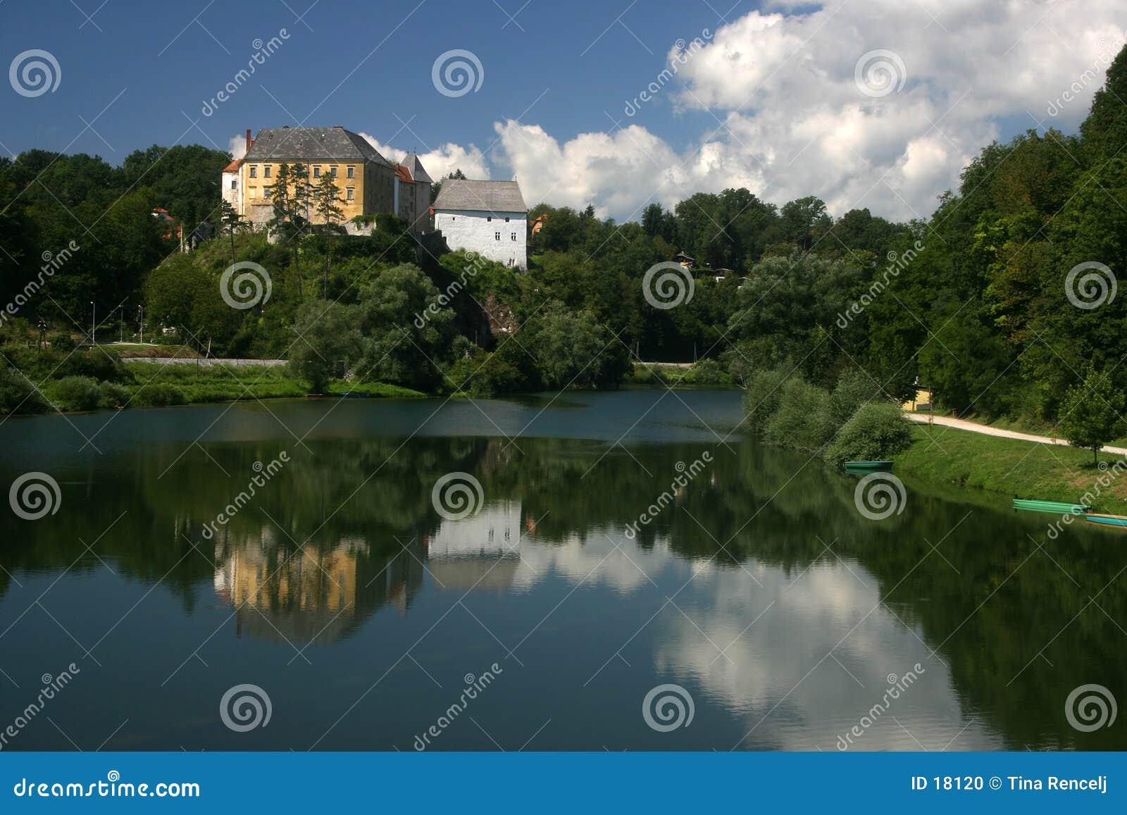 在城堡ozalj河之上