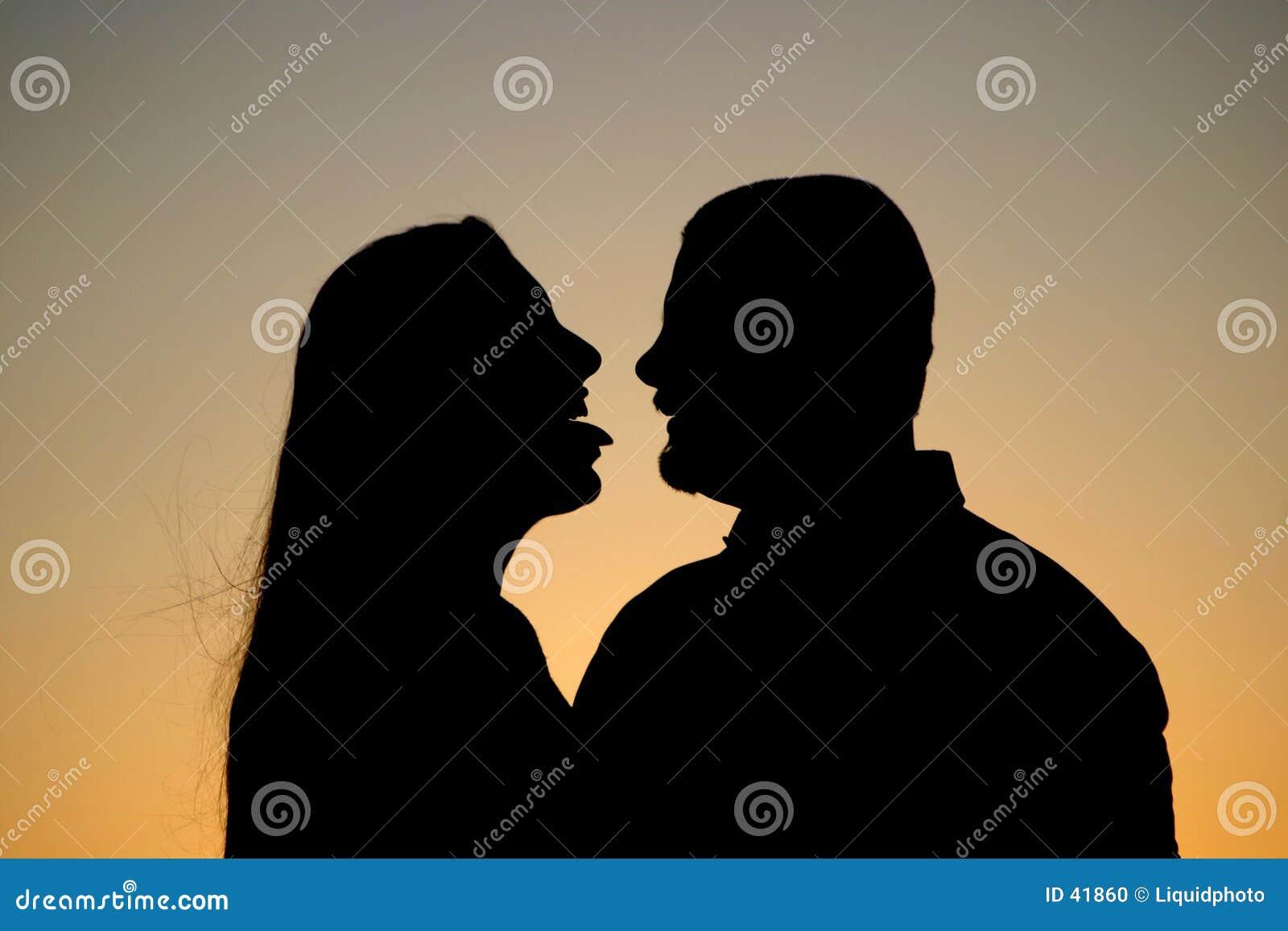 夫妇调情的人剪影