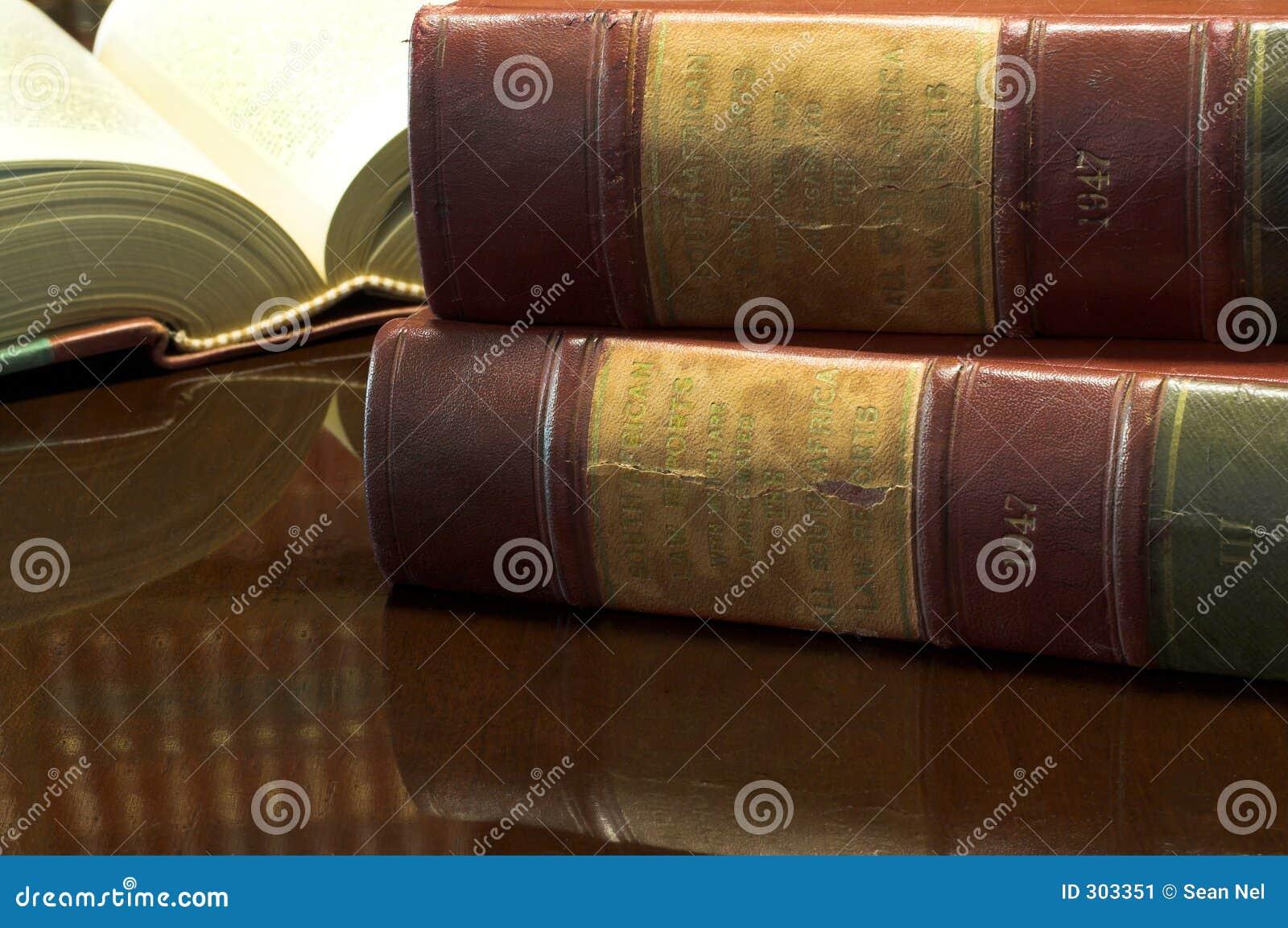 26 βιβλία νομικά