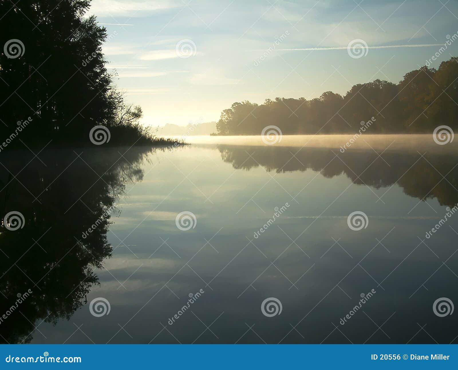 有薄雾的湖