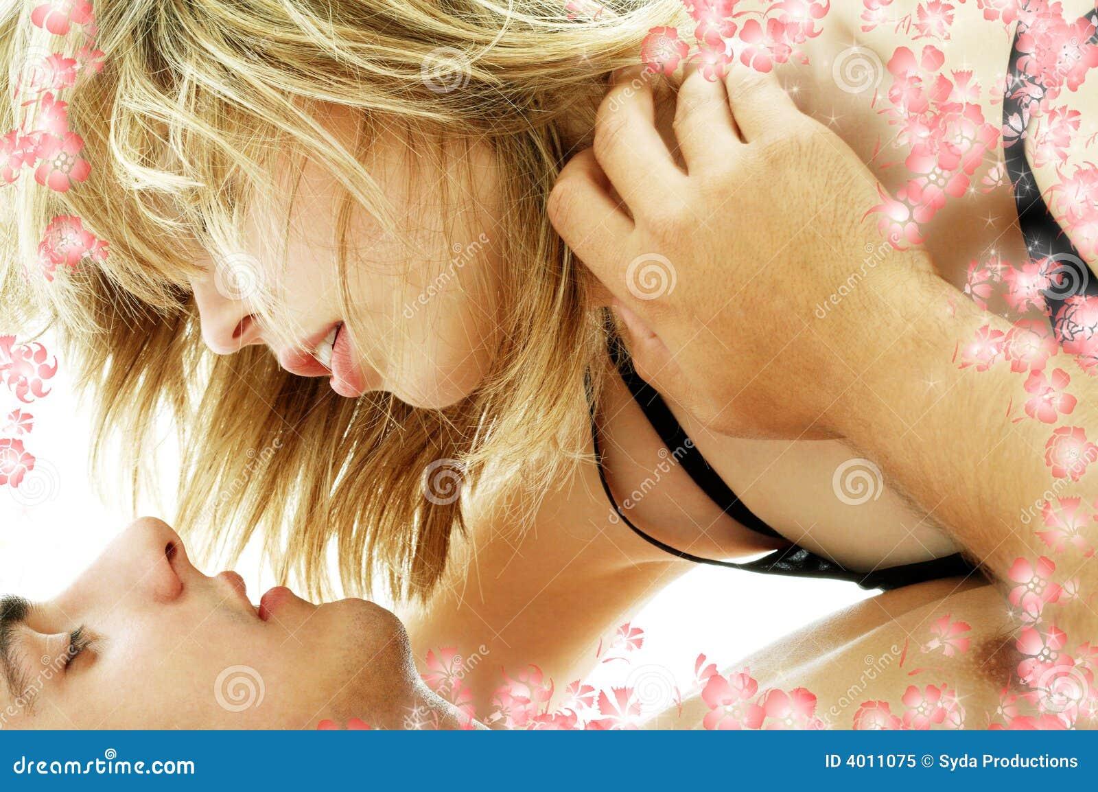 裸体性交�G_3朵夫妇花性交前的爱抚