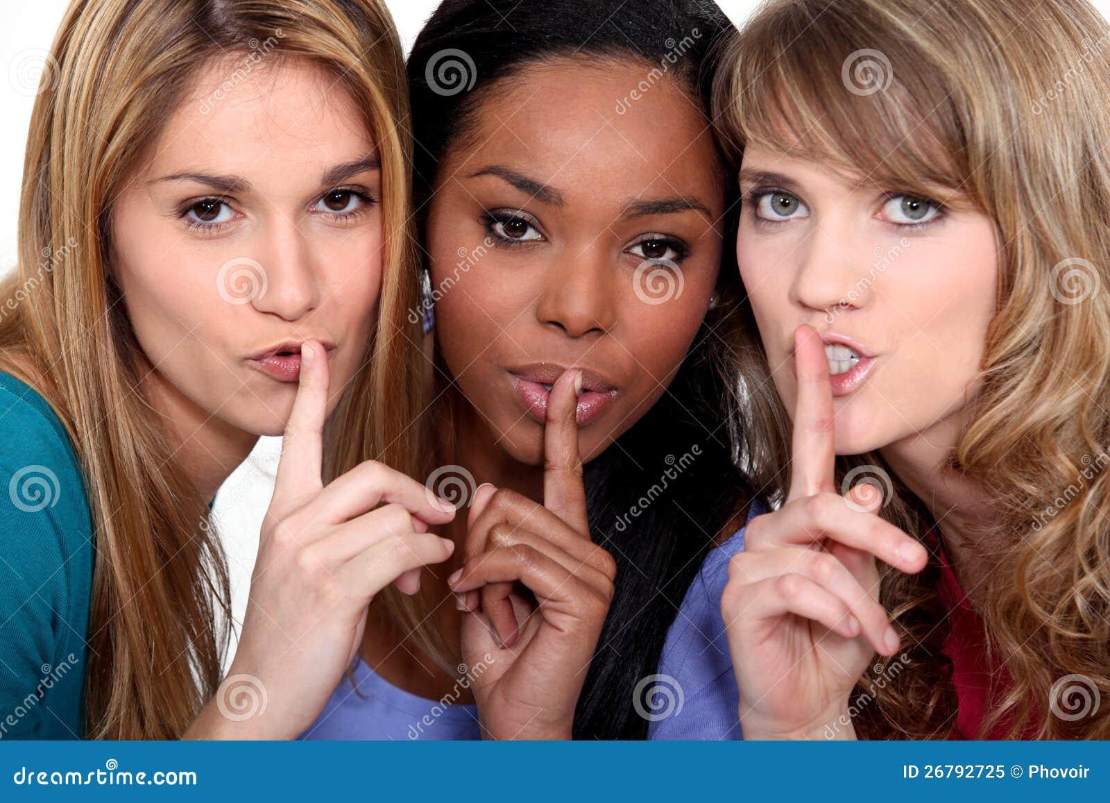 3 женщины shushing