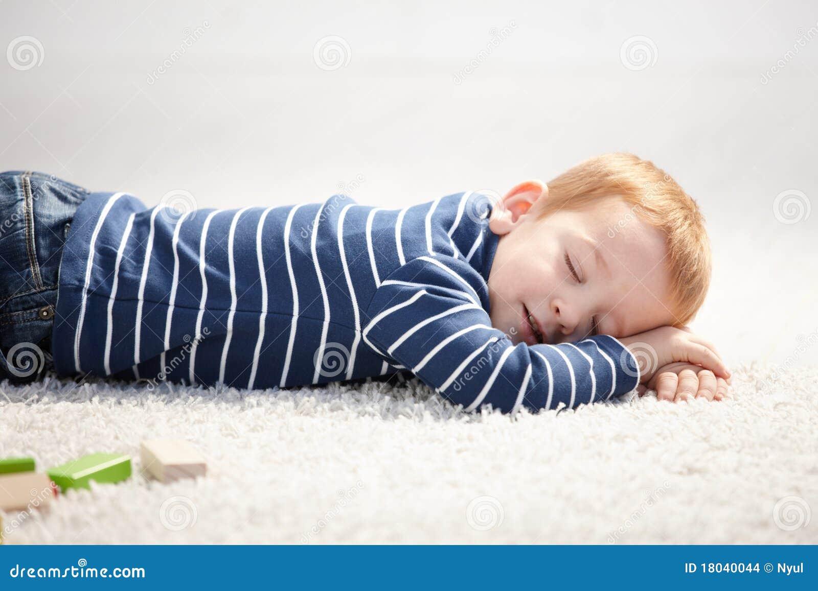 3 años el caer dormido en suelo en el país