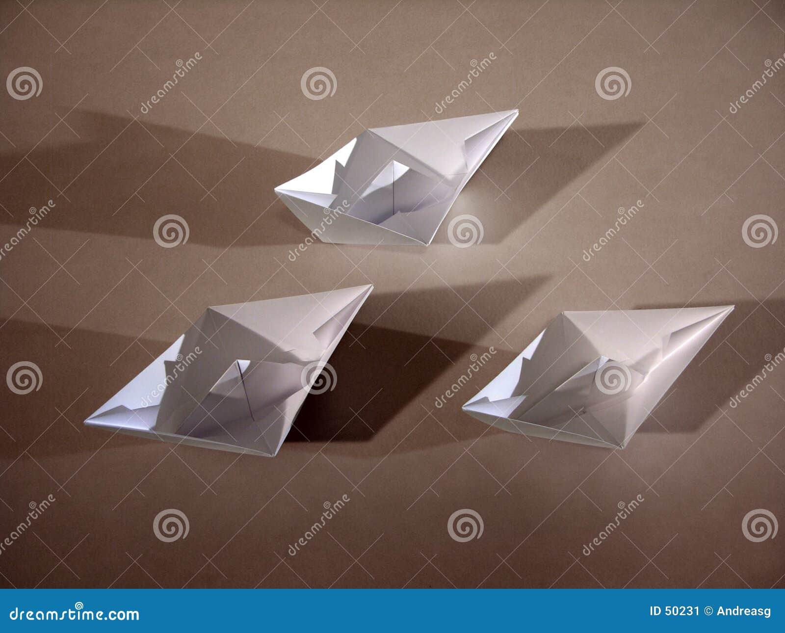 3 barcos de papel en el bronce