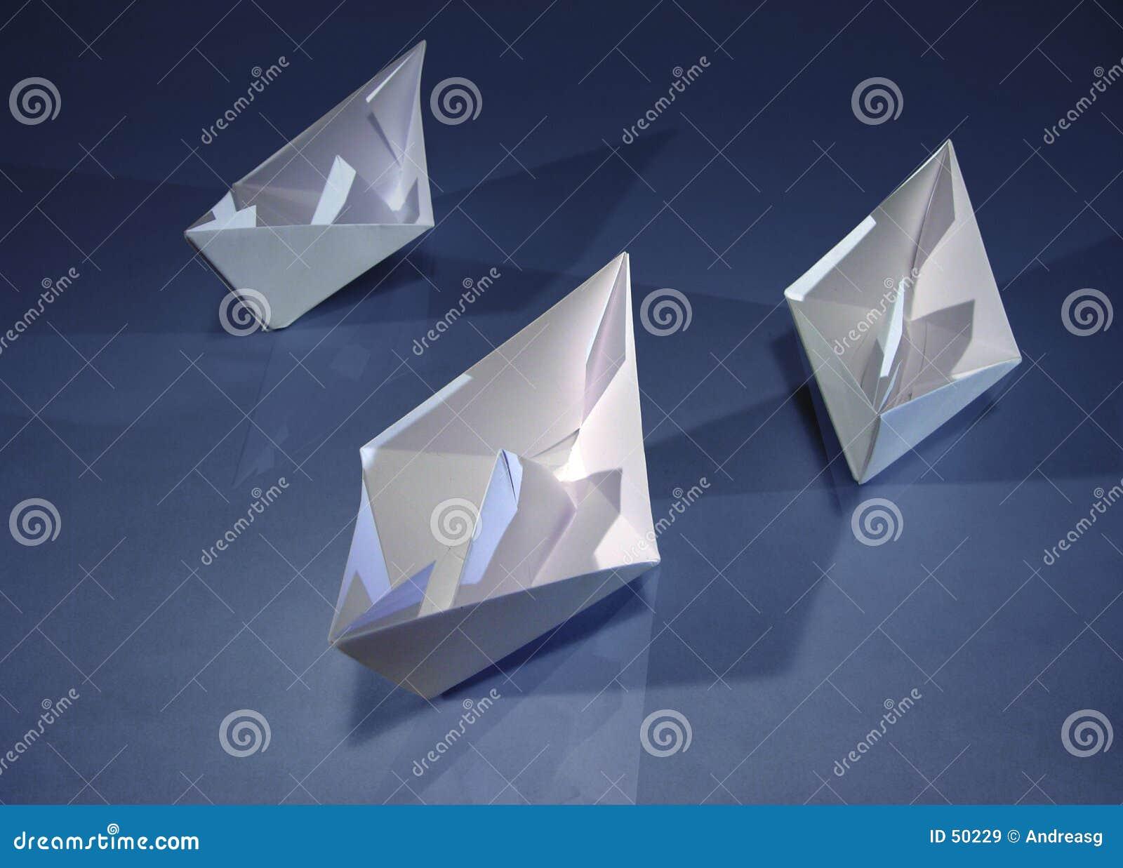 3 barcos de papel no azul
