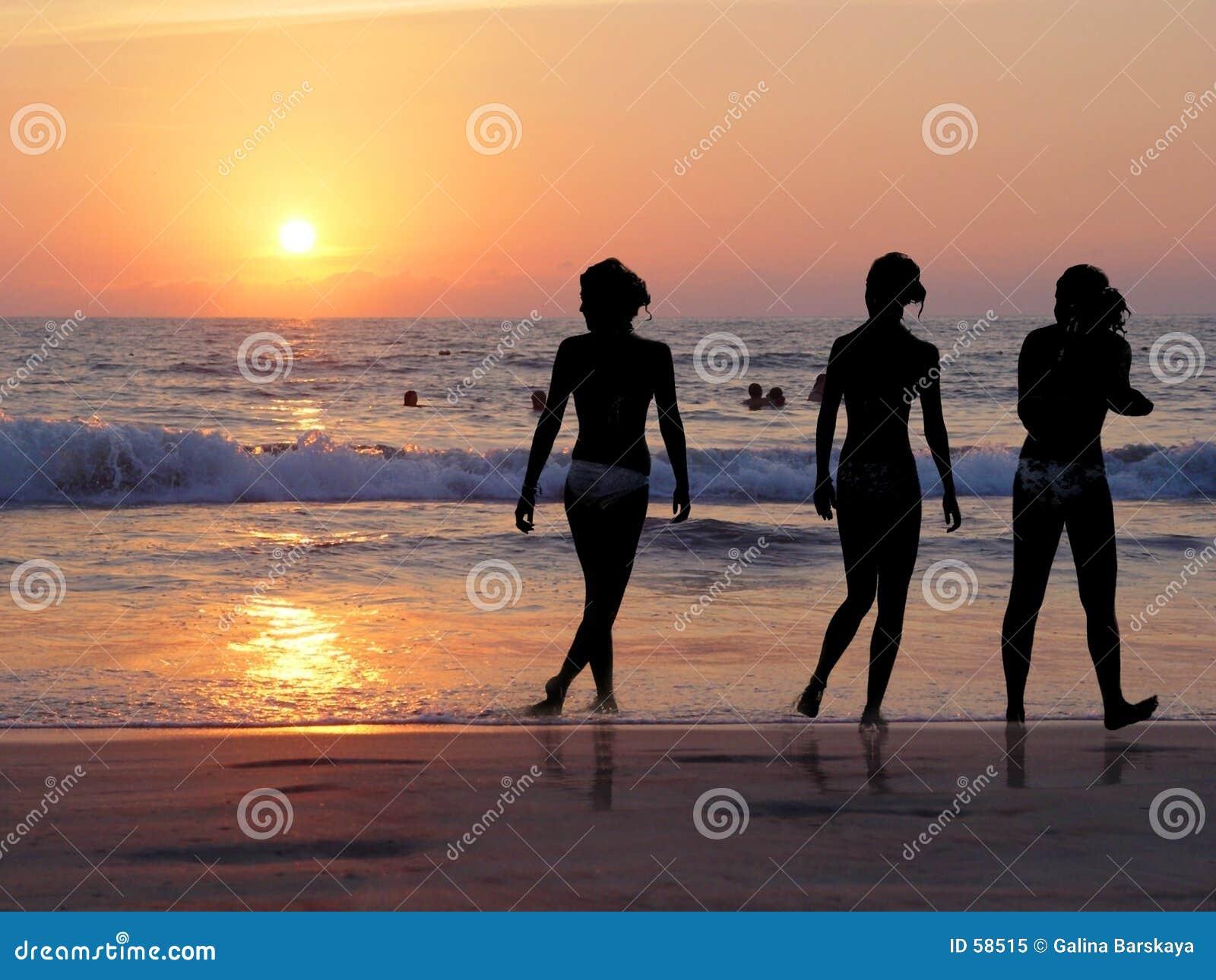 3 filles la plage photo libre de droits image 58515. Black Bedroom Furniture Sets. Home Design Ideas