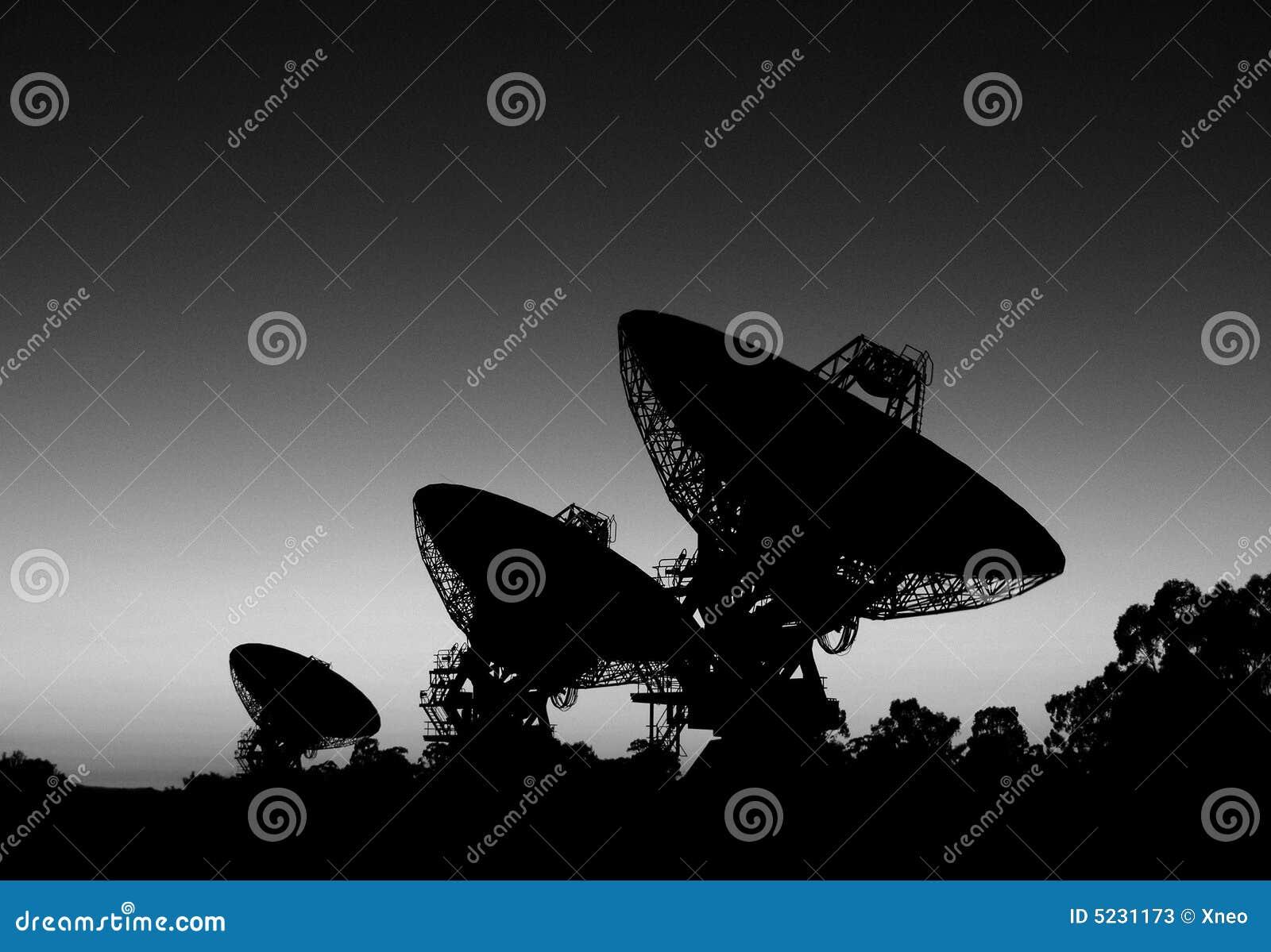 3 satélites da silhueta