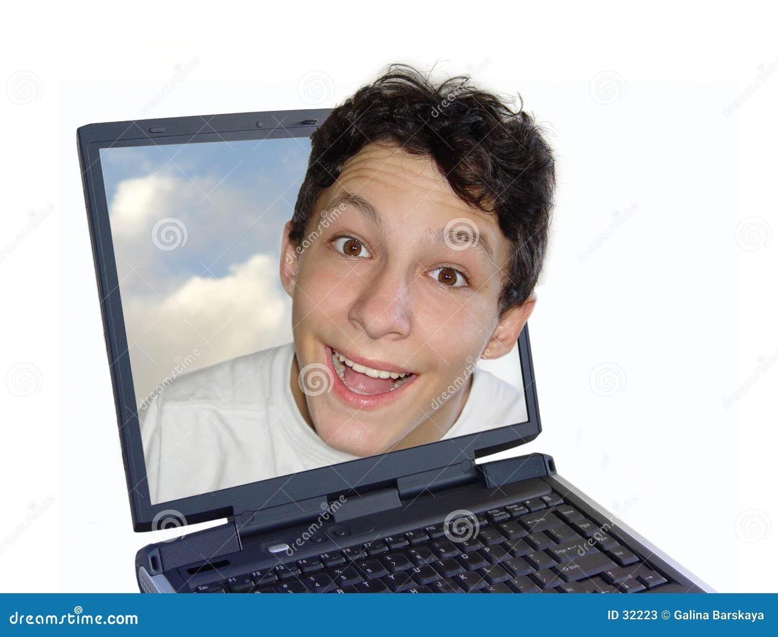 男孩愉快的膝上型计算机