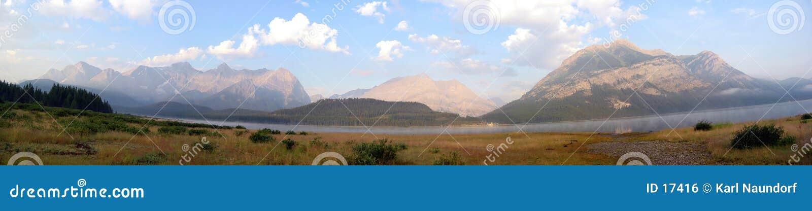 蓝色山全景天空