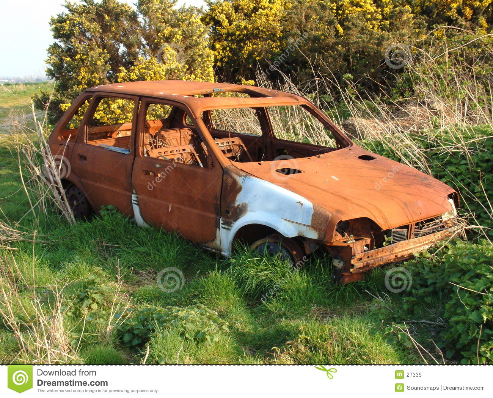 被放弃的汽车生锈的击毁