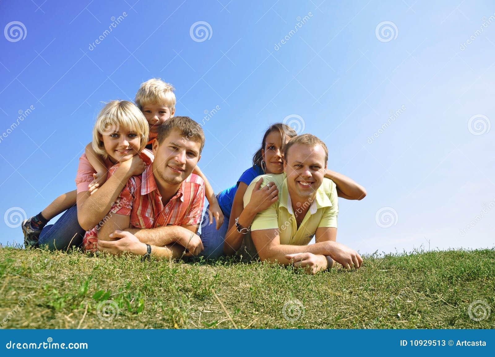 4 друз собирают малышей