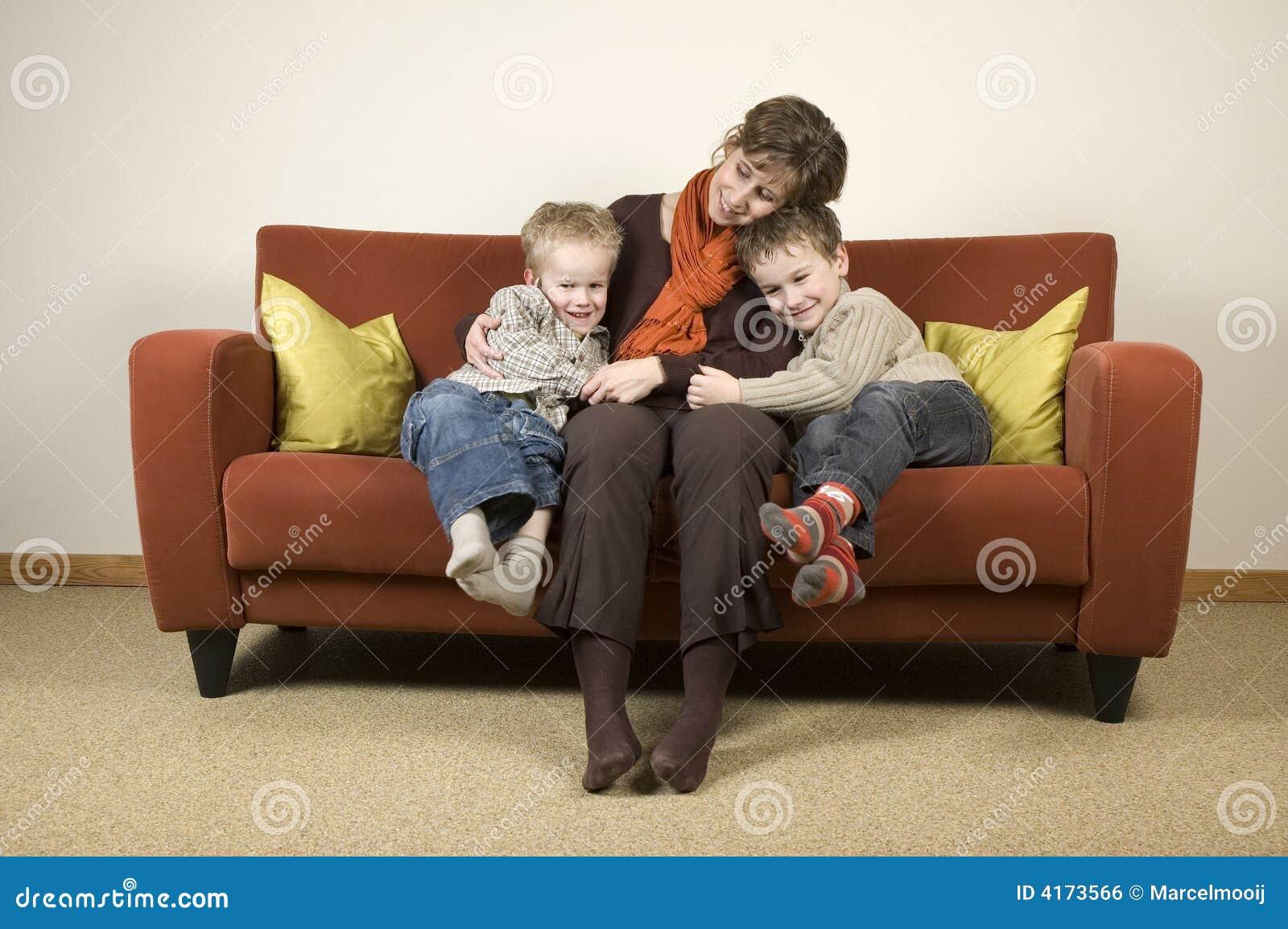 Секс сын трахает мать на диване, Порно русских мамочек, сын трахает маму 20 фотография