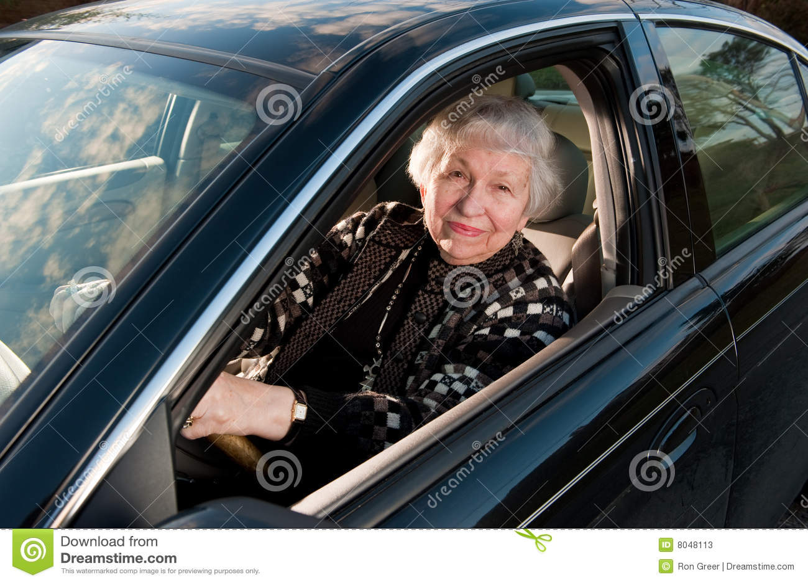 86辆汽车drivingn她的家庭老妇人年