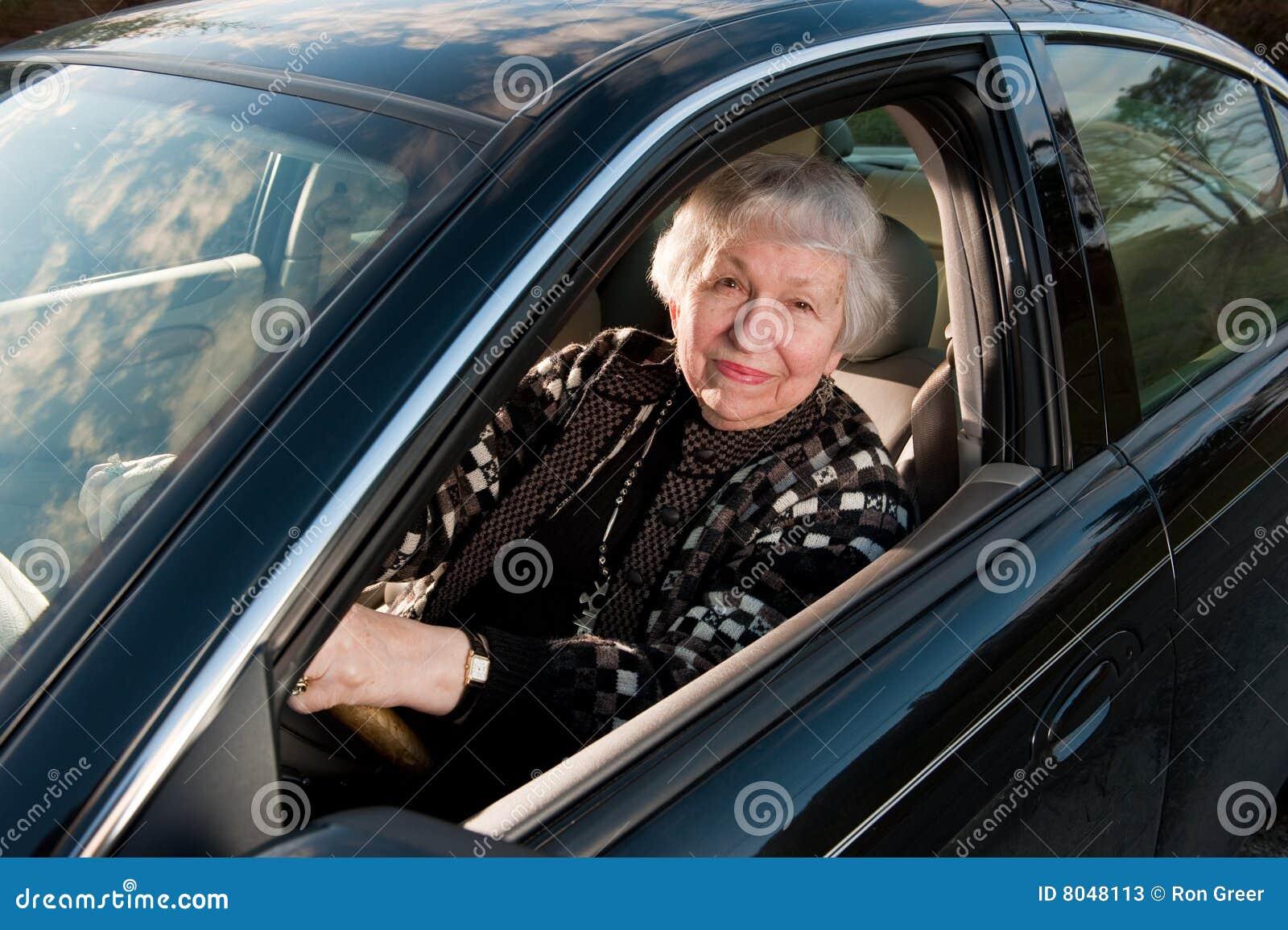 86 Einjahresfrau an ihrem Haus, drivingn ihr Auto