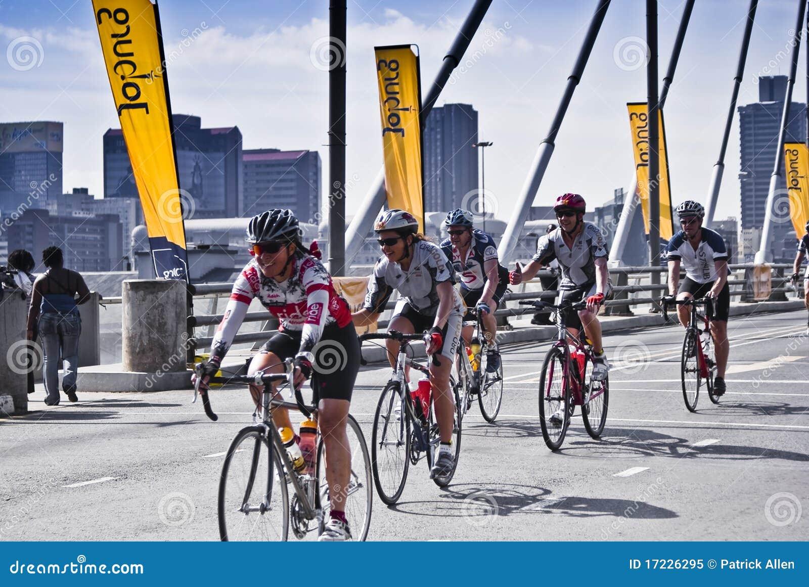 94.7 curseurs d enjeu de cycle sur la passerelle de Mandela