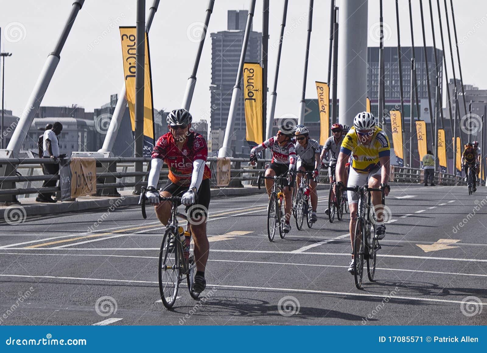 94.7 Schleife-Herausforderungs-Mitfahrer auf Mandela-Brücke