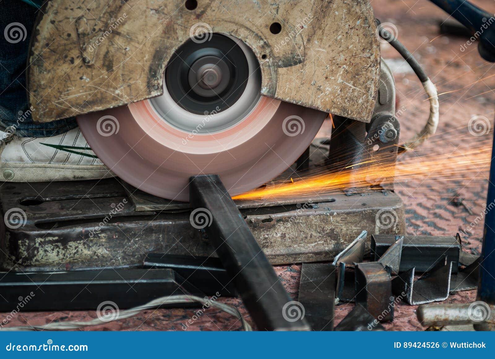 Aço do corte de máquina da serra na construção do local