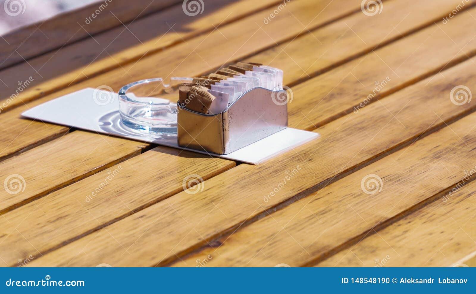 A?ucareiro em uma tabela de madeira em um restaurante