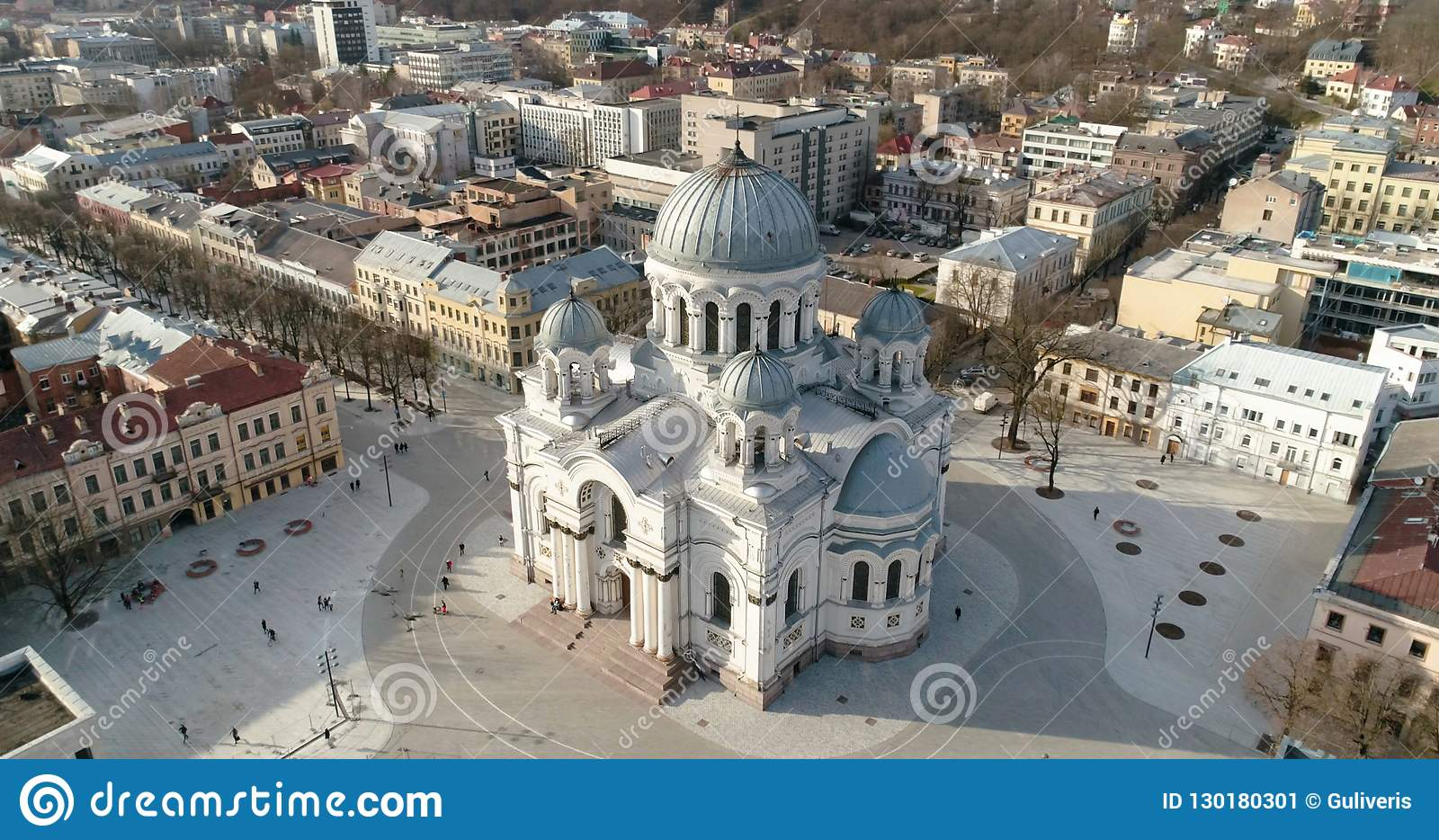 Aérien Le bourdon a tiré de St Michael l église Soboras d Arkhangel à Kaunas, Liberty Boulevard, Lithuanie Jour de source ensolei