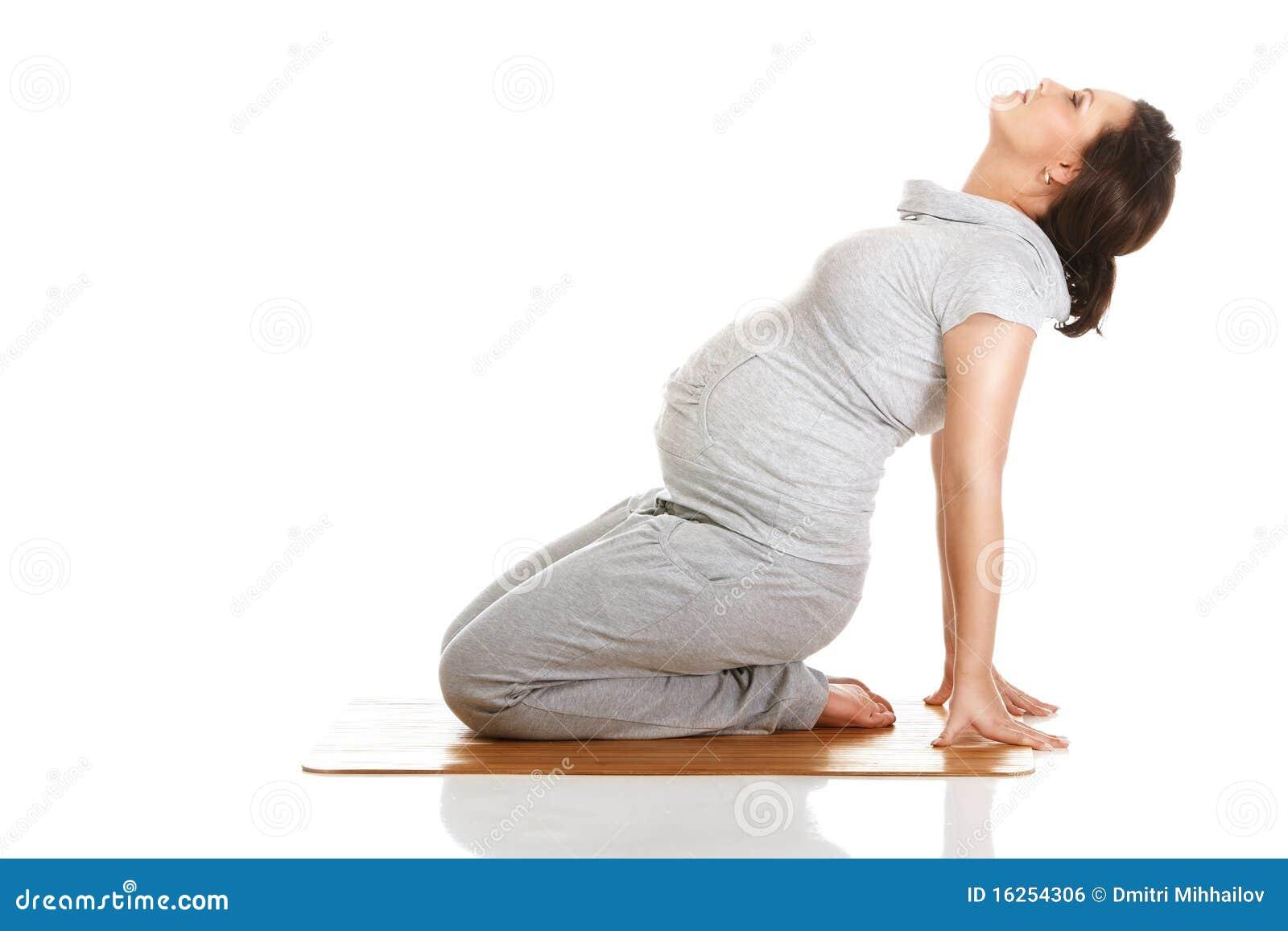 Aérobic de pratique de femme enceinte