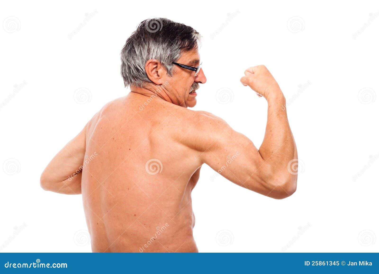 Aîné actif affichant le biceps