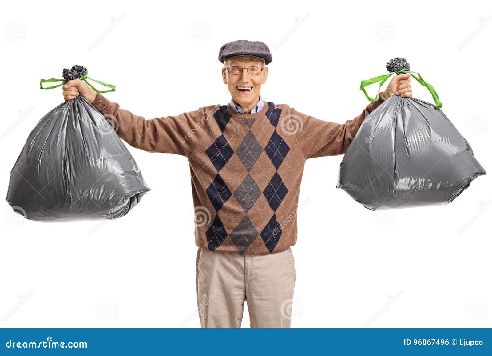 Aîné avec des sacs de déchets