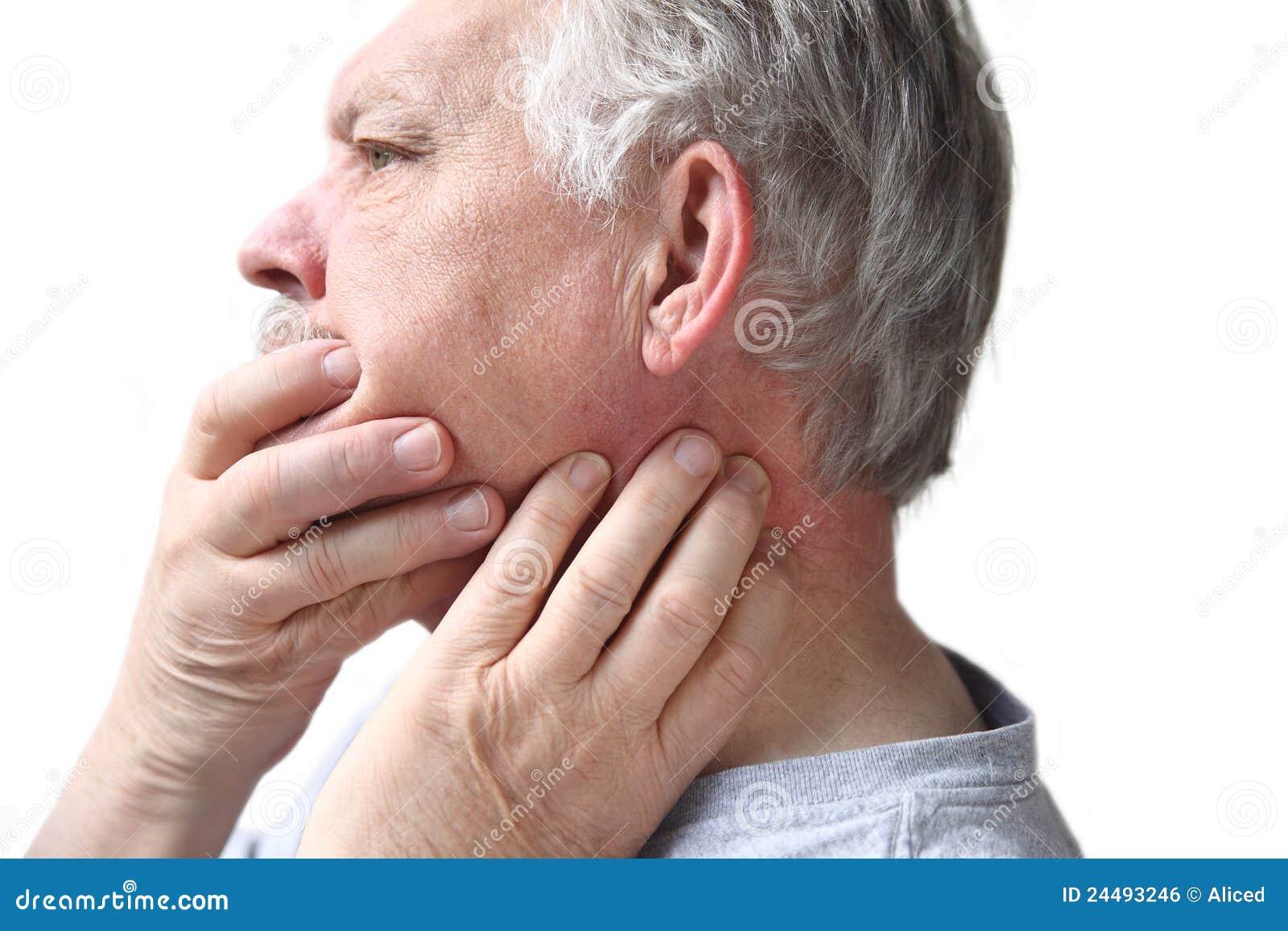Aîné avec la dureté de cou et de mâchoire