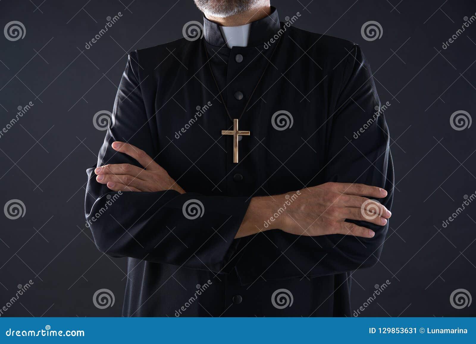 Aîné croisé de portrait de prêtre de bras