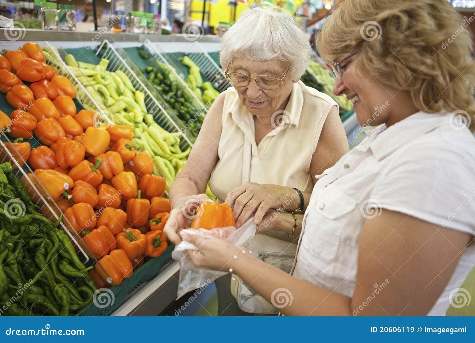 Aîné de aide volontaire avec ses achats