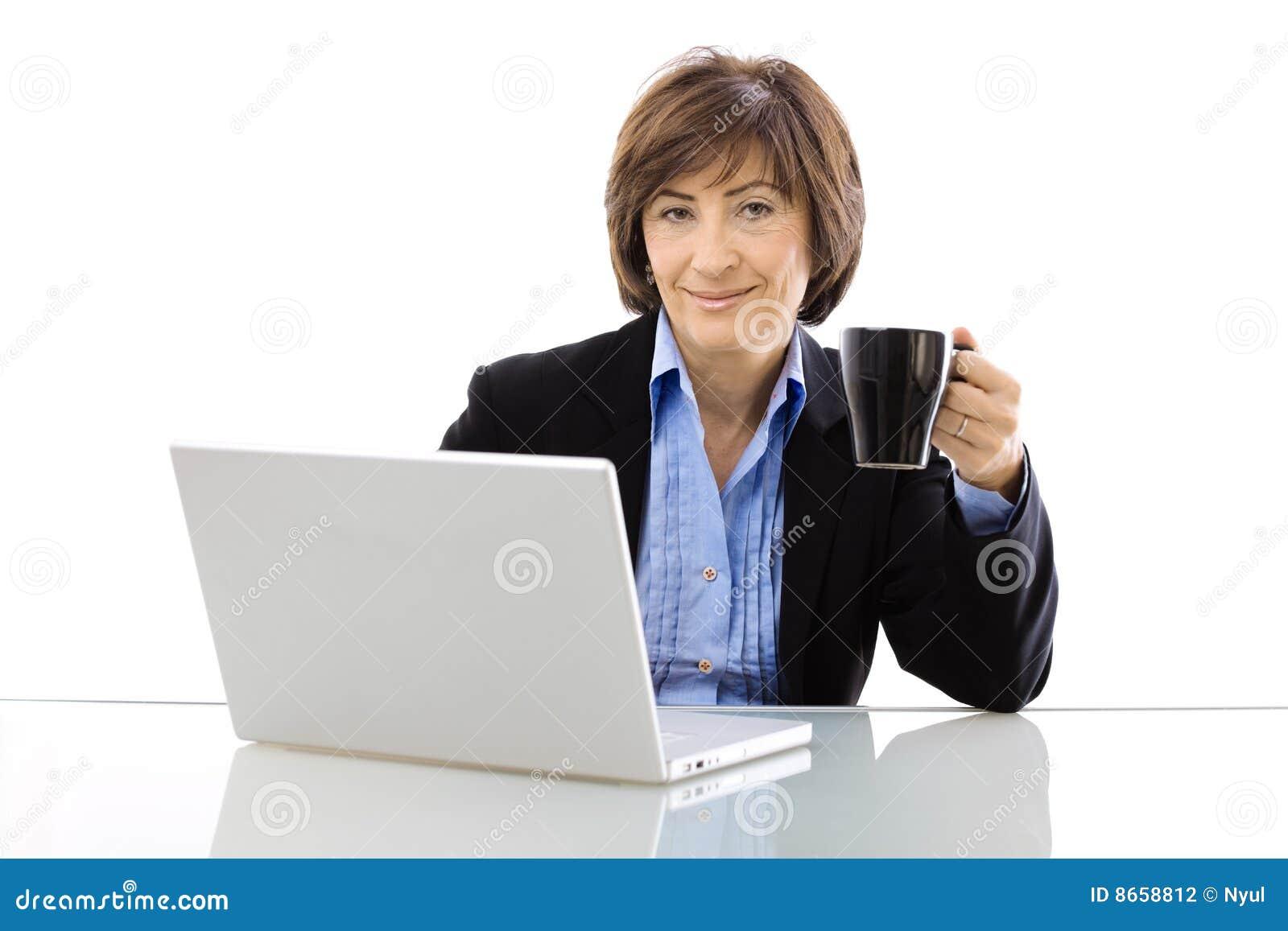 Aîné potable de coffe de femme d affaires