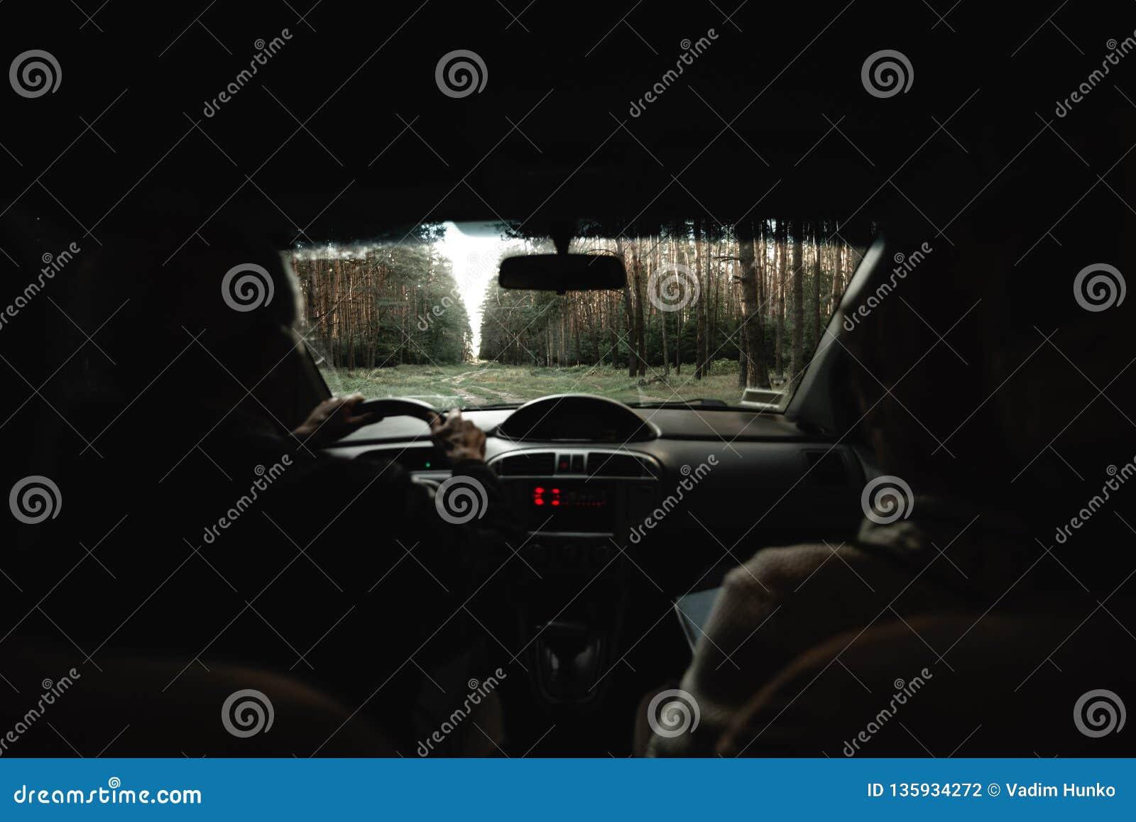 Aînés à l intérieur de la voiture