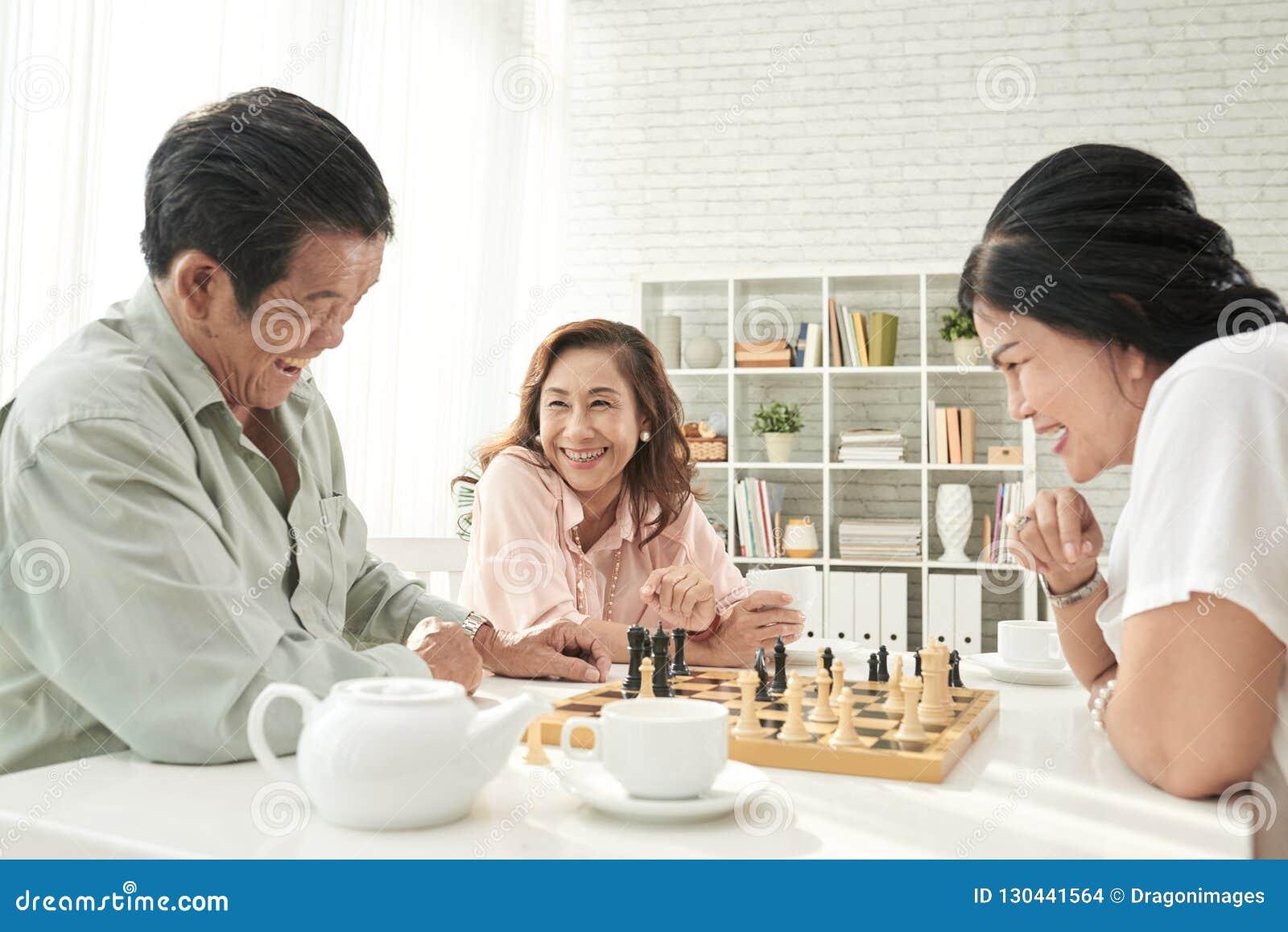 Aînés jouant des échecs