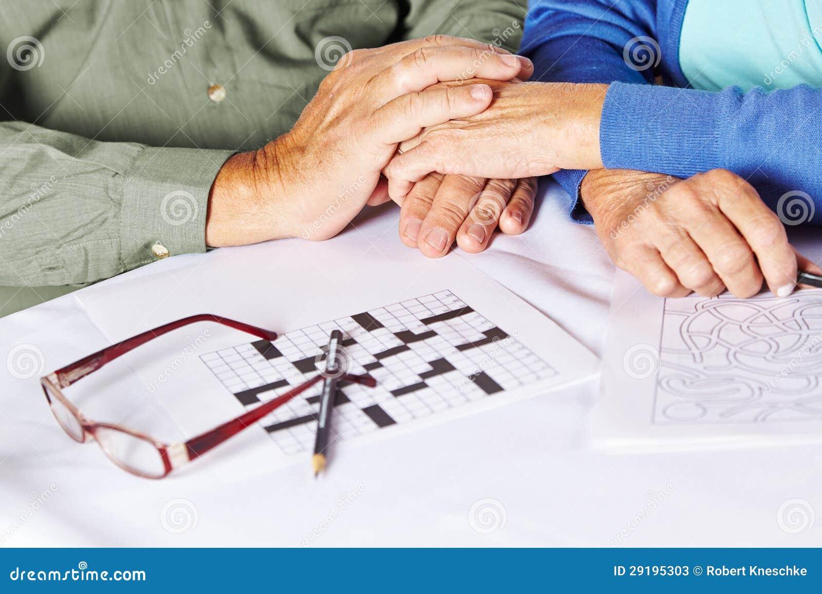 Aînés retenant des mains dans les soins