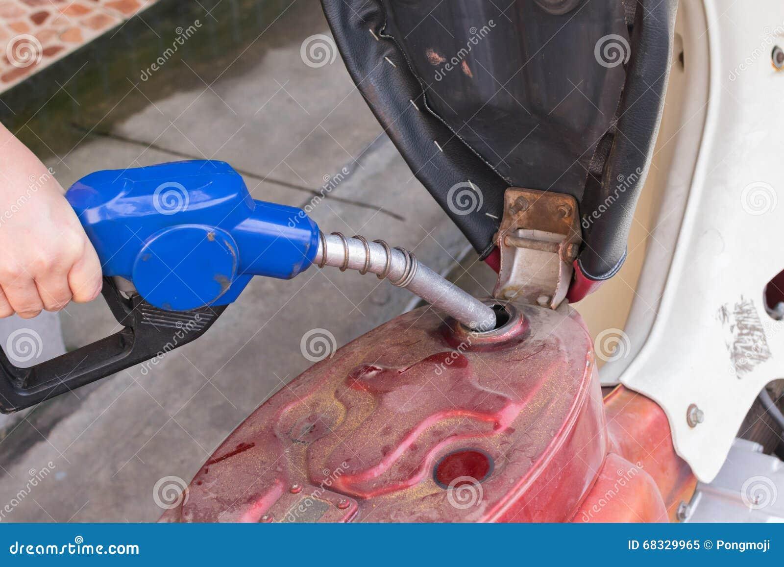 Añada el combustible a la motocicleta