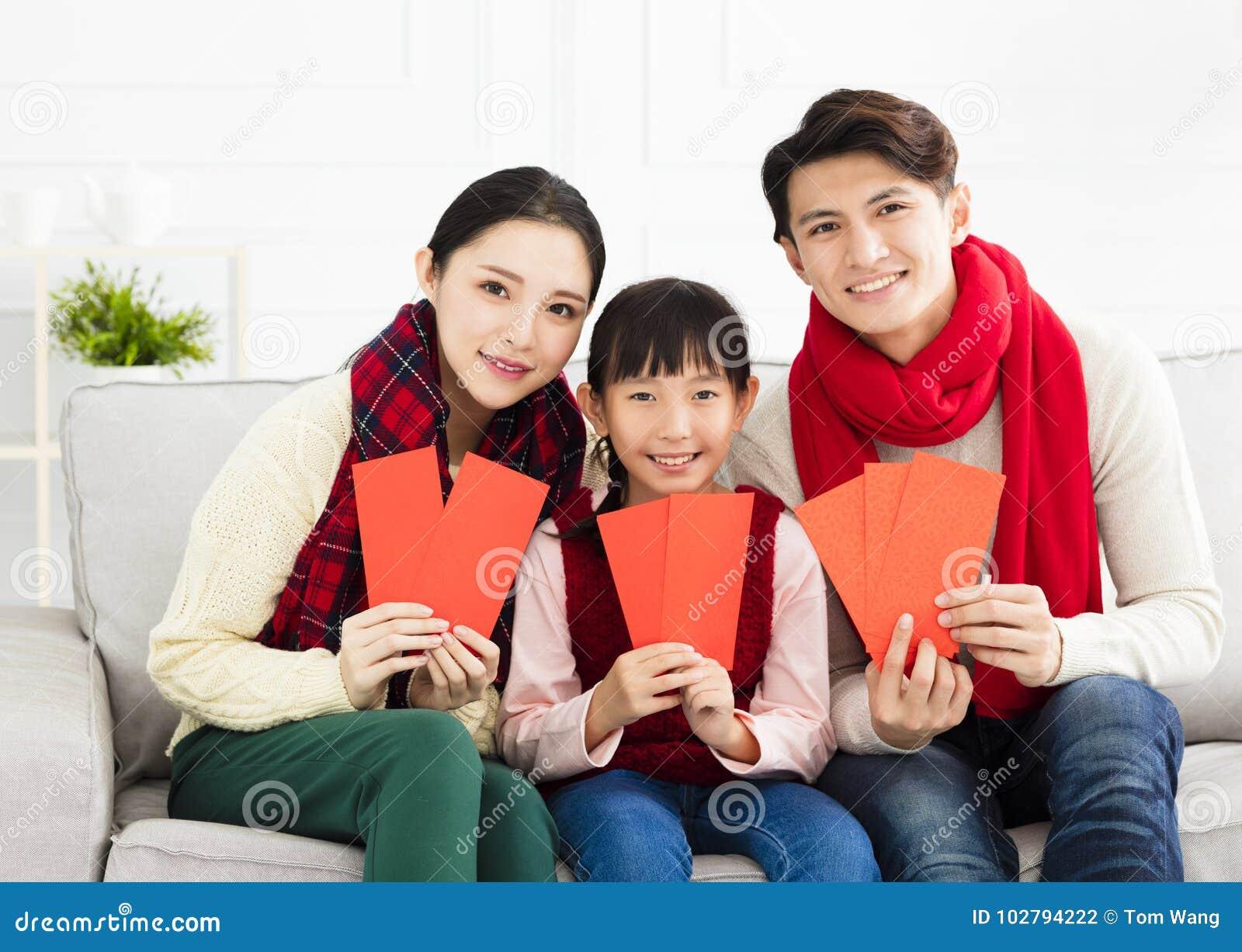 Año Nuevo chino familia asiática con gesto de la enhorabuena