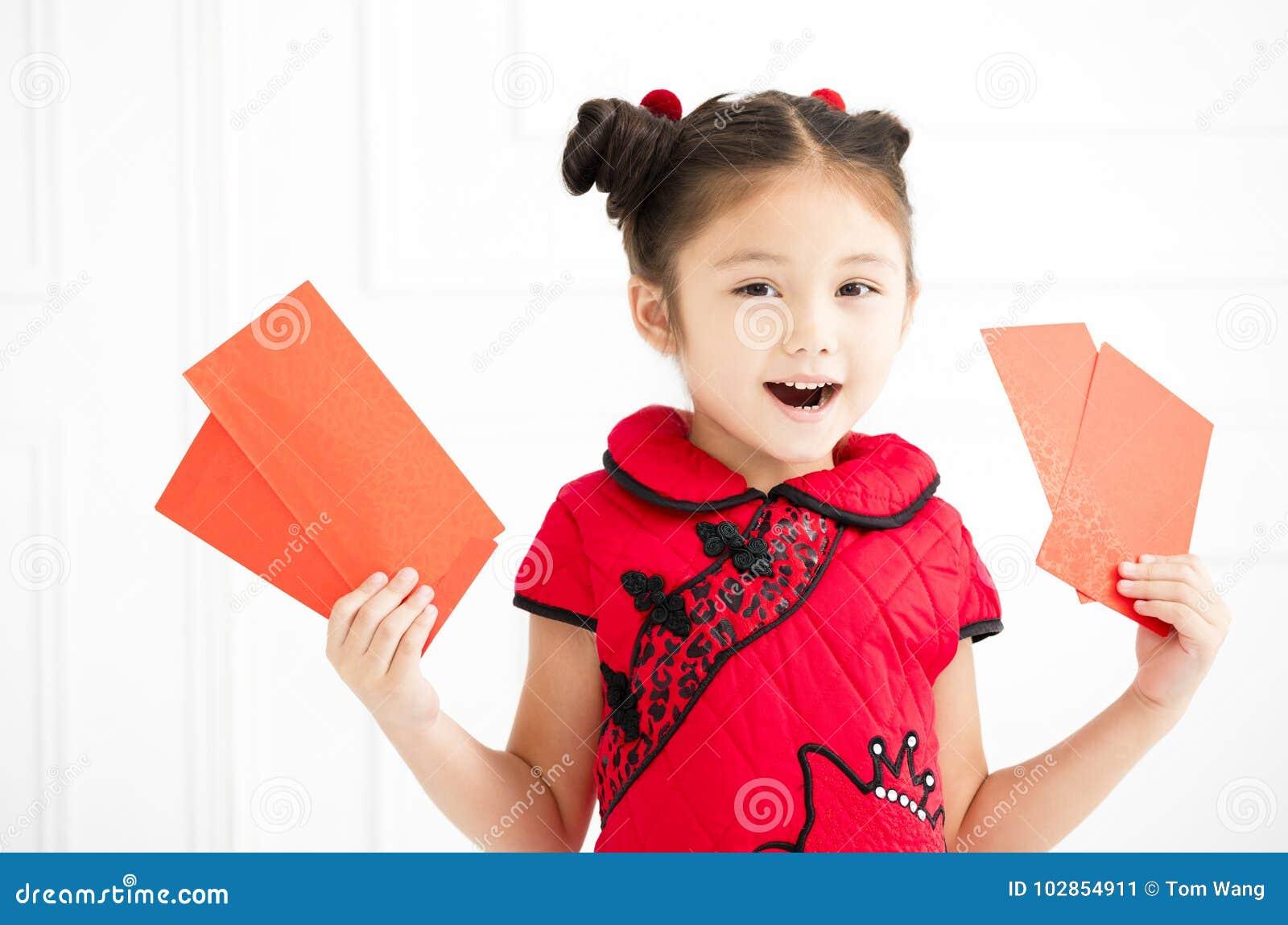 Año Nuevo chino niñas que sostienen el sobre rojo