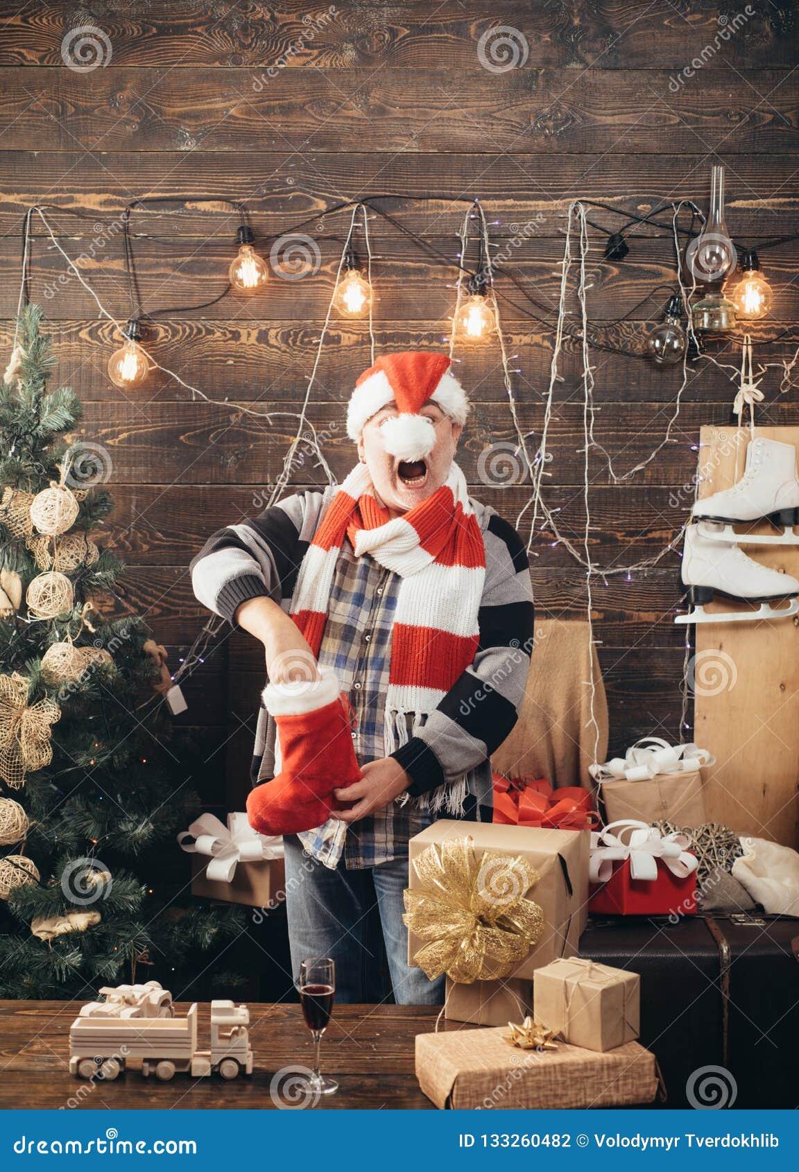 Año Nuevo divertido Santa divertido desea Feliz Navidad y Feliz Año Nuevo Muchos ornamentos y regalos del día de fiesta Medias de