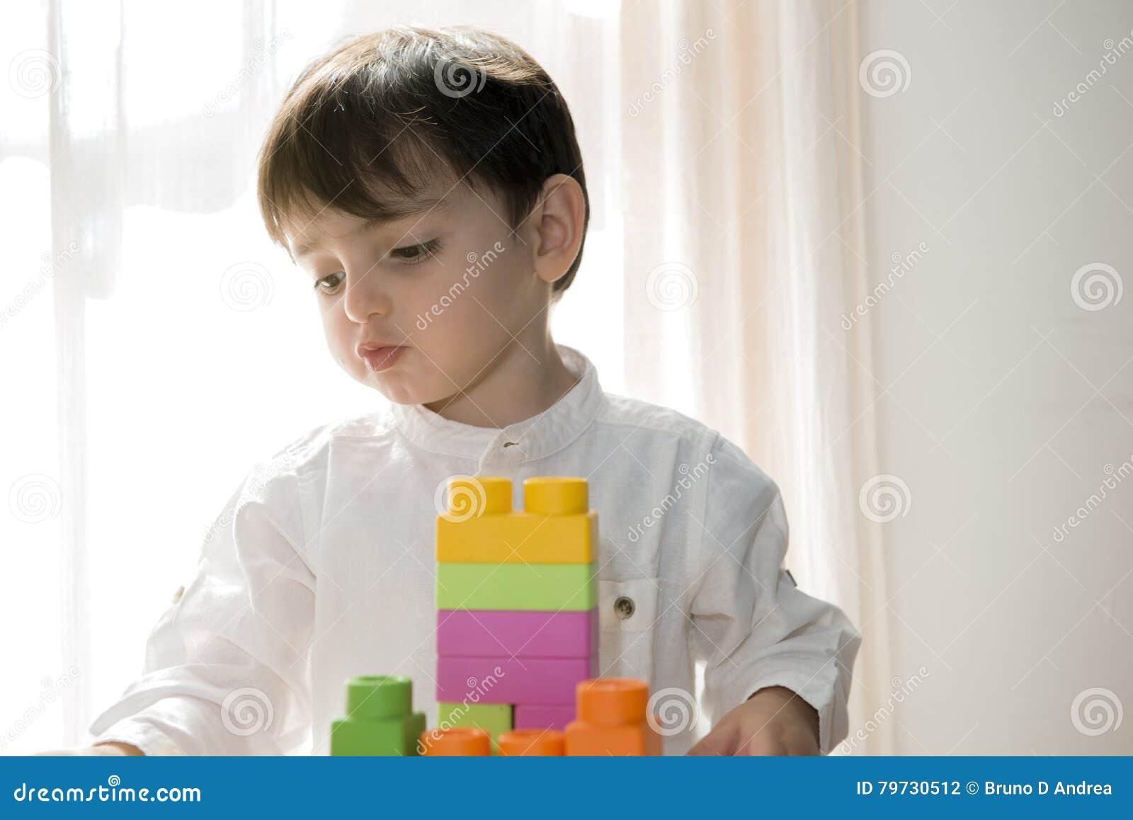 2 años del bebé que juega con los bloques