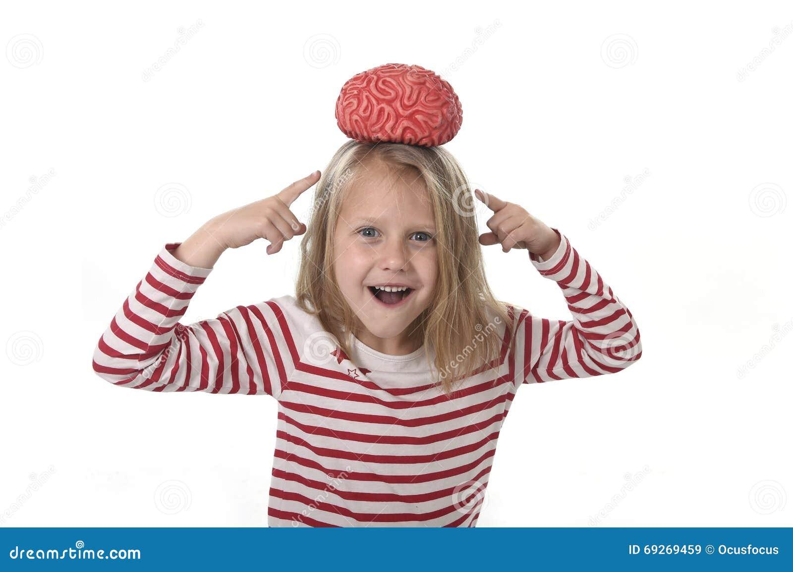 Años hermosos jovenes de la muchacha 6 a 8 que juegan con el cerebro de goma que se divierte que aprende concepto de la ciencia