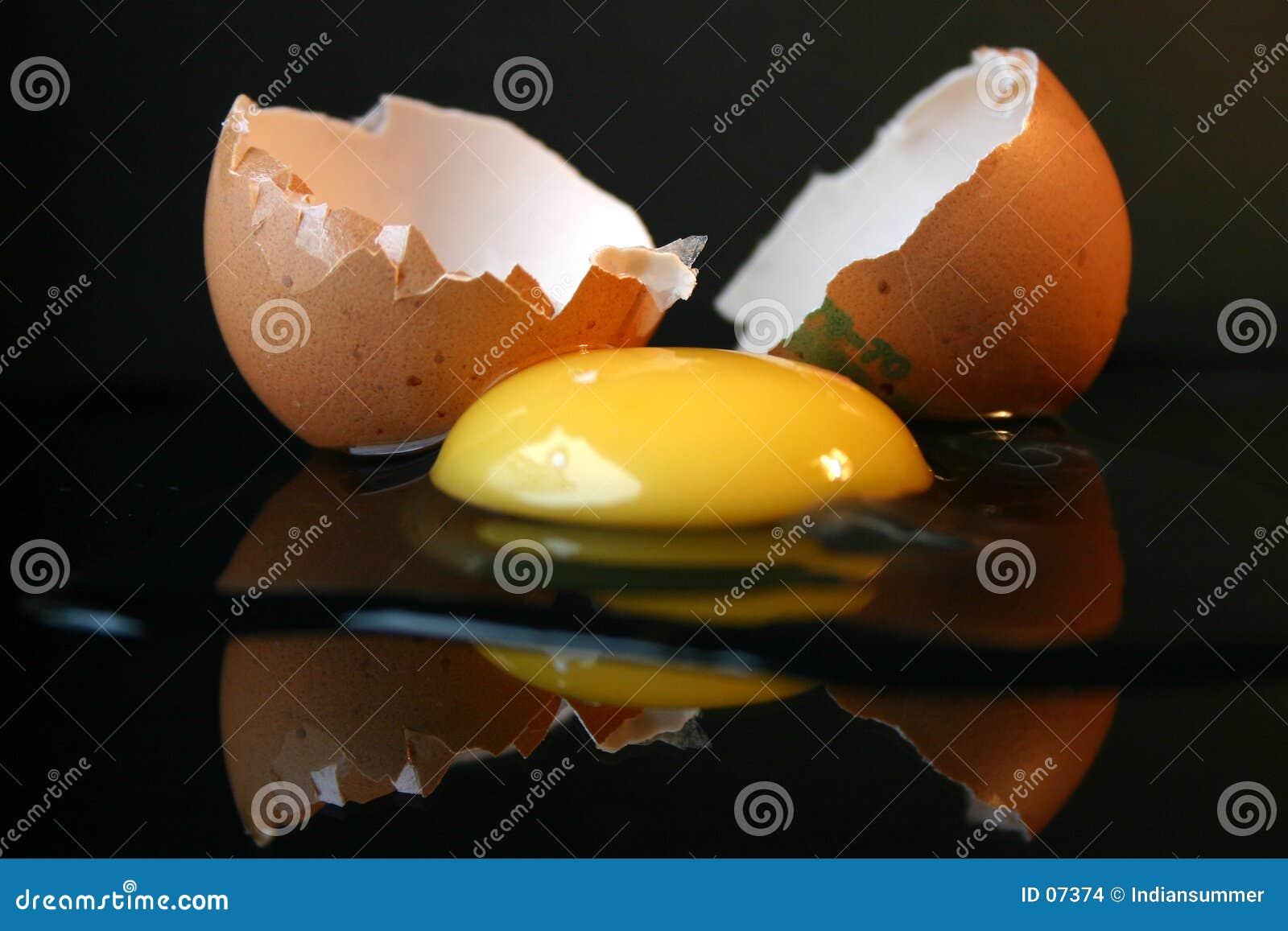 Aún-vida con un huevo quebrado II