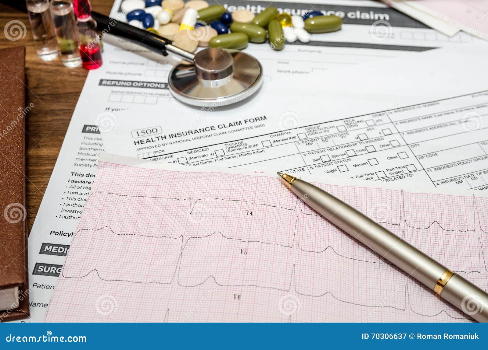 Aún vida médica con la información paciente de la salud, cardiograma, píldoras, estetoscopio