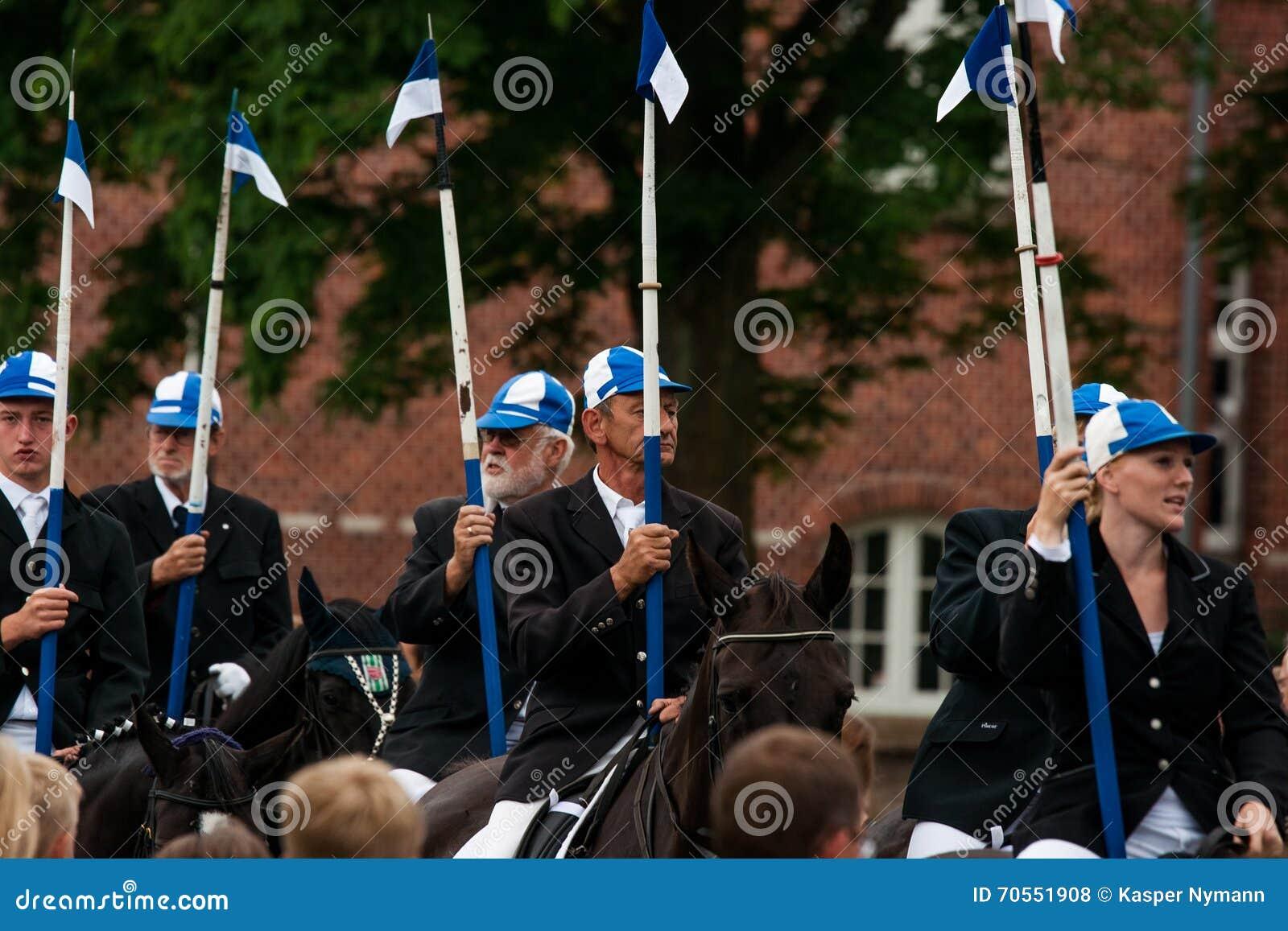 AABENRAA, DÄNEMARK - 6. JULI - 2014: Teilnehmende Reiter in einer Gleichheit