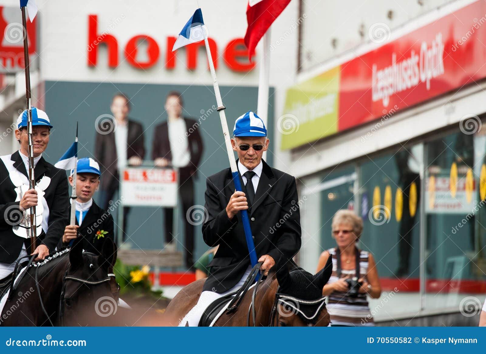AABENRAA, DANEMARK - 6 JUILLET - 2014 : Cavaliers participants dans un pair