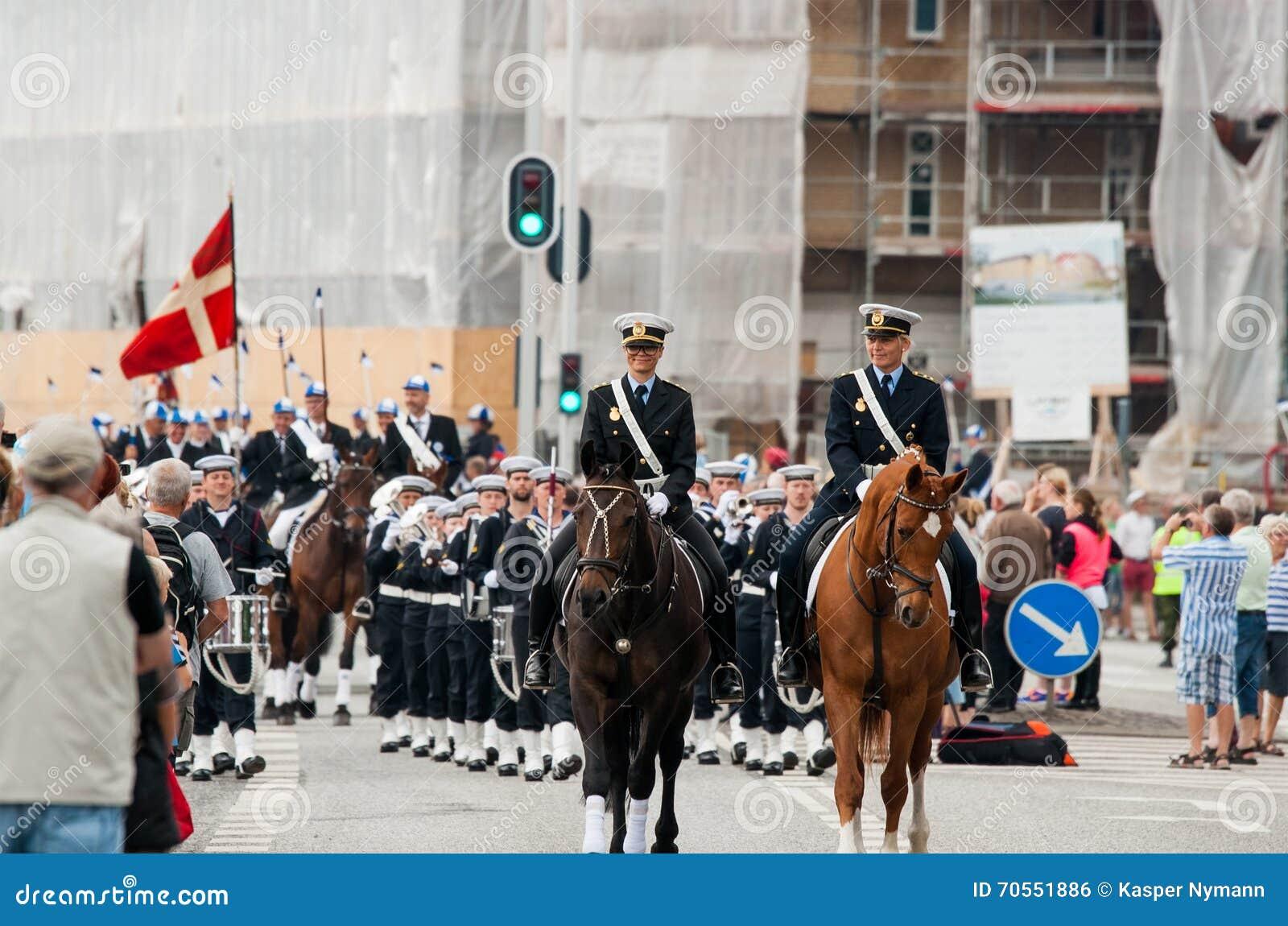 AABENRAA, DANEMARK - 6 JUILLET - 2014 : Escorte policière à un défilé à