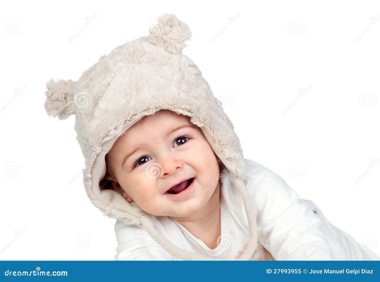 Aanbiddelijk babymeisje met een grappige beerhoed