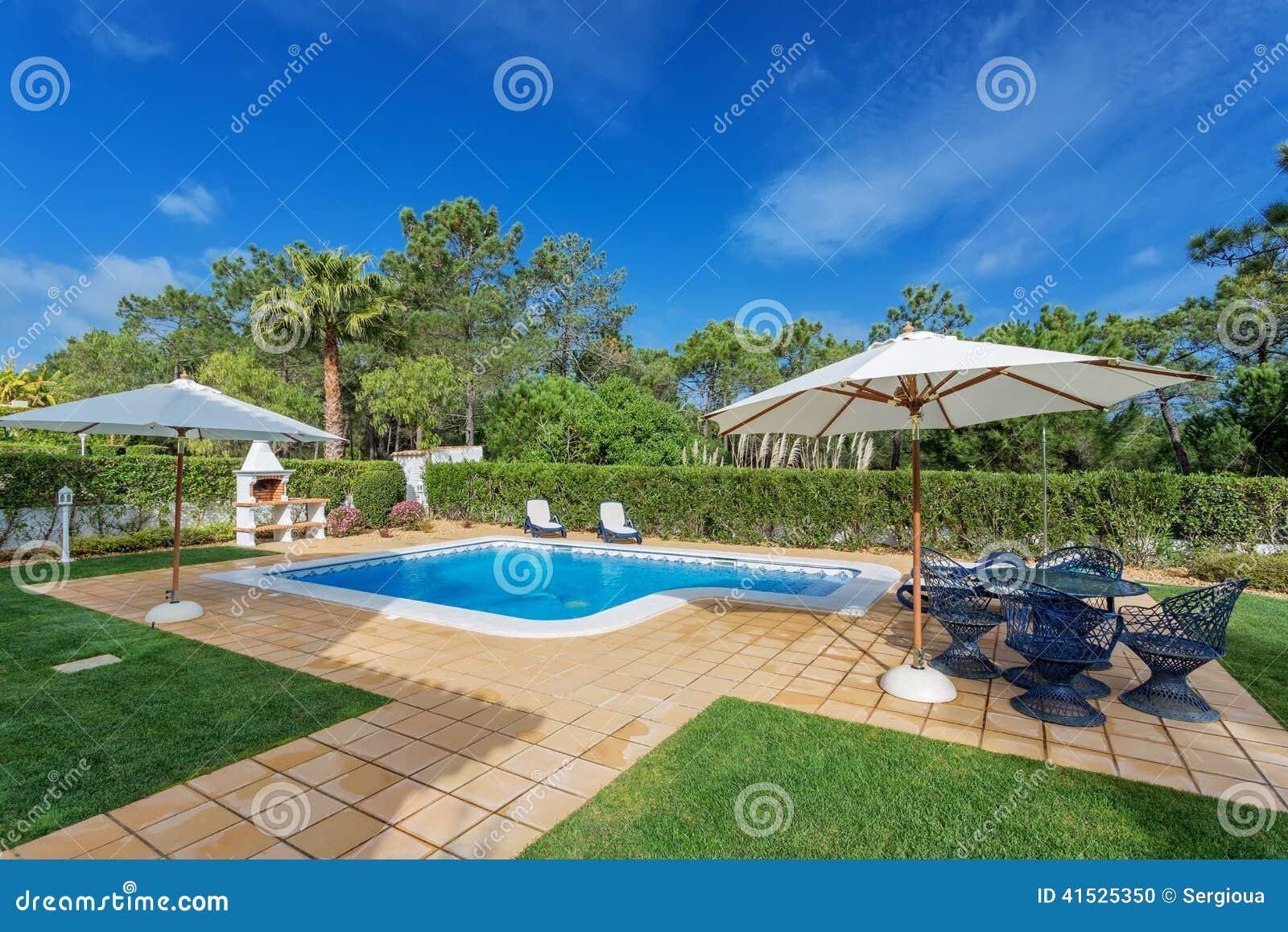 Aanbiddelijk Modern Zwembad Met Decoratief Meubilair Stock Foto   Afbeelding  41525350